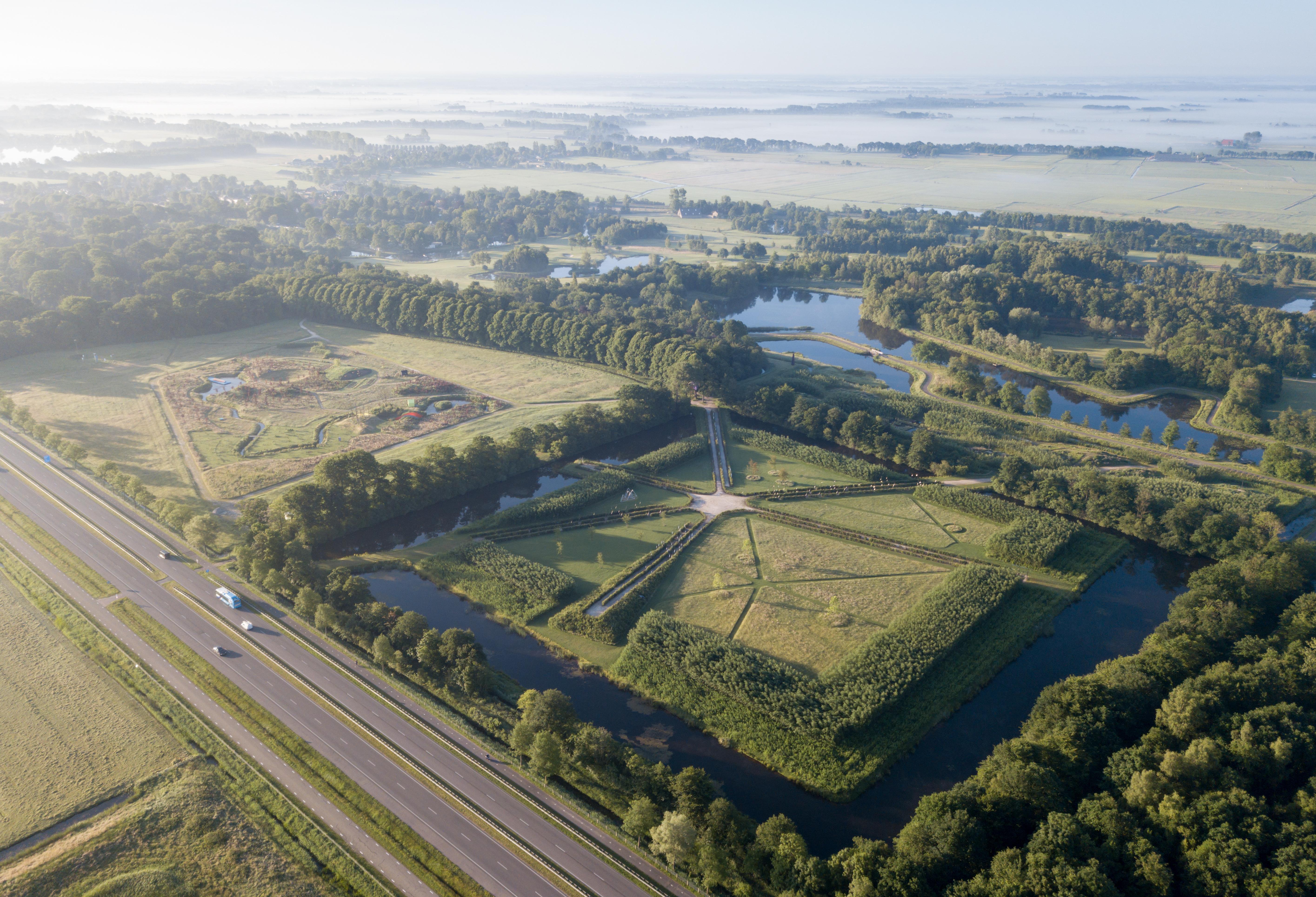 <p>Tegelijkertijd met het bezoekerscentrum werd het park uitgebreid met verschillen parkdelen en tuinen, door LOLA Landscape, deltavormgroep, Piet Oudolf en Tobias Rehberger  (Foto © Iwan Baan)</p>