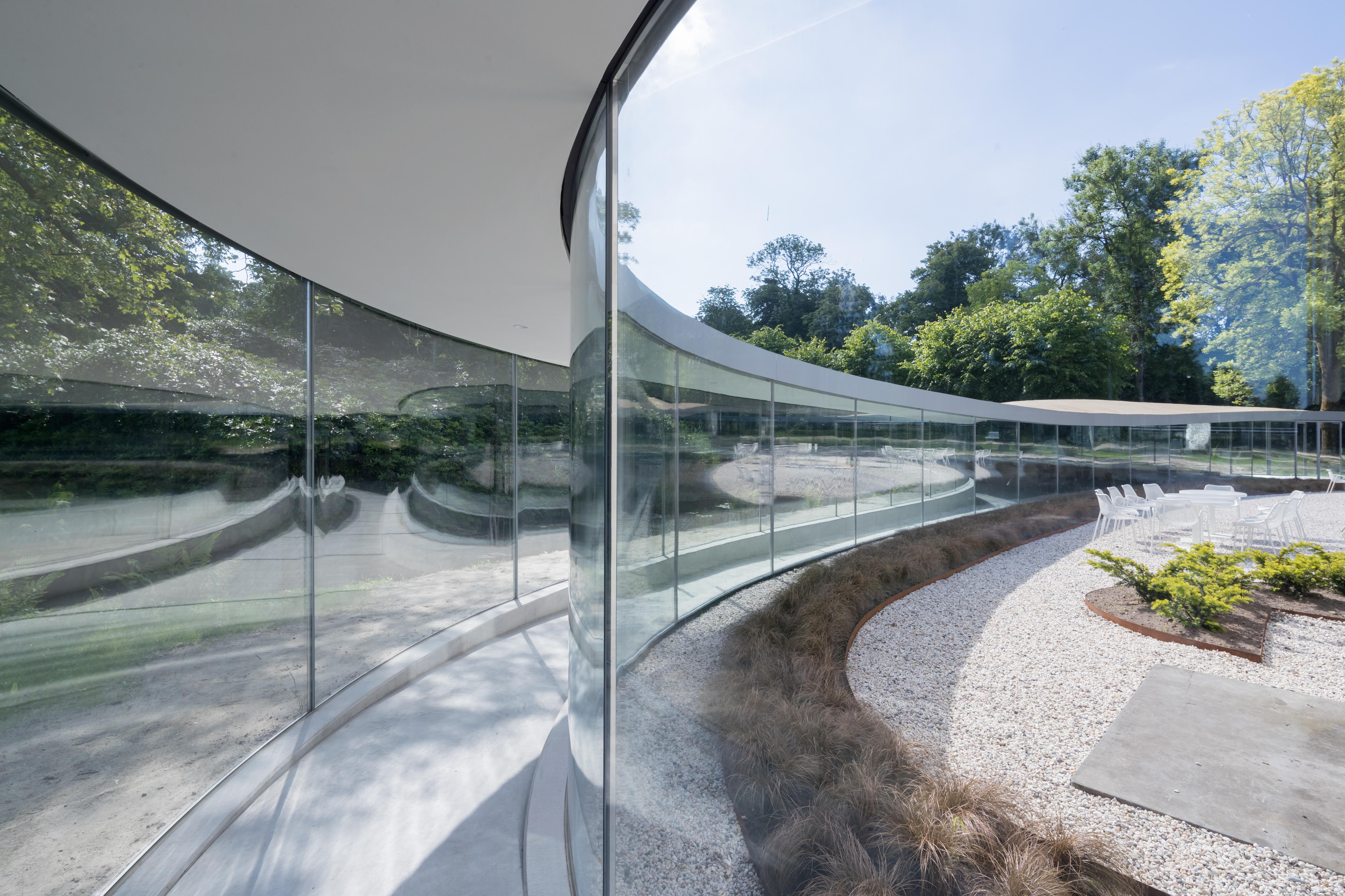 <p>De glazen gangen leiden bezoekers vanuit het park naar het hart van het bezoekerscentrum  (Foto © Iwan Baan)</p>