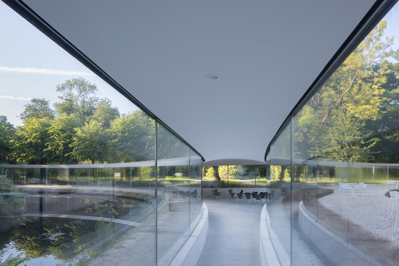 <p>Het bezoekerscentrum is ontworpen voor bijeenkomsten, tentoonstellingen en muziekvoorstellingen  (Foto © Iwan Baan)</p>