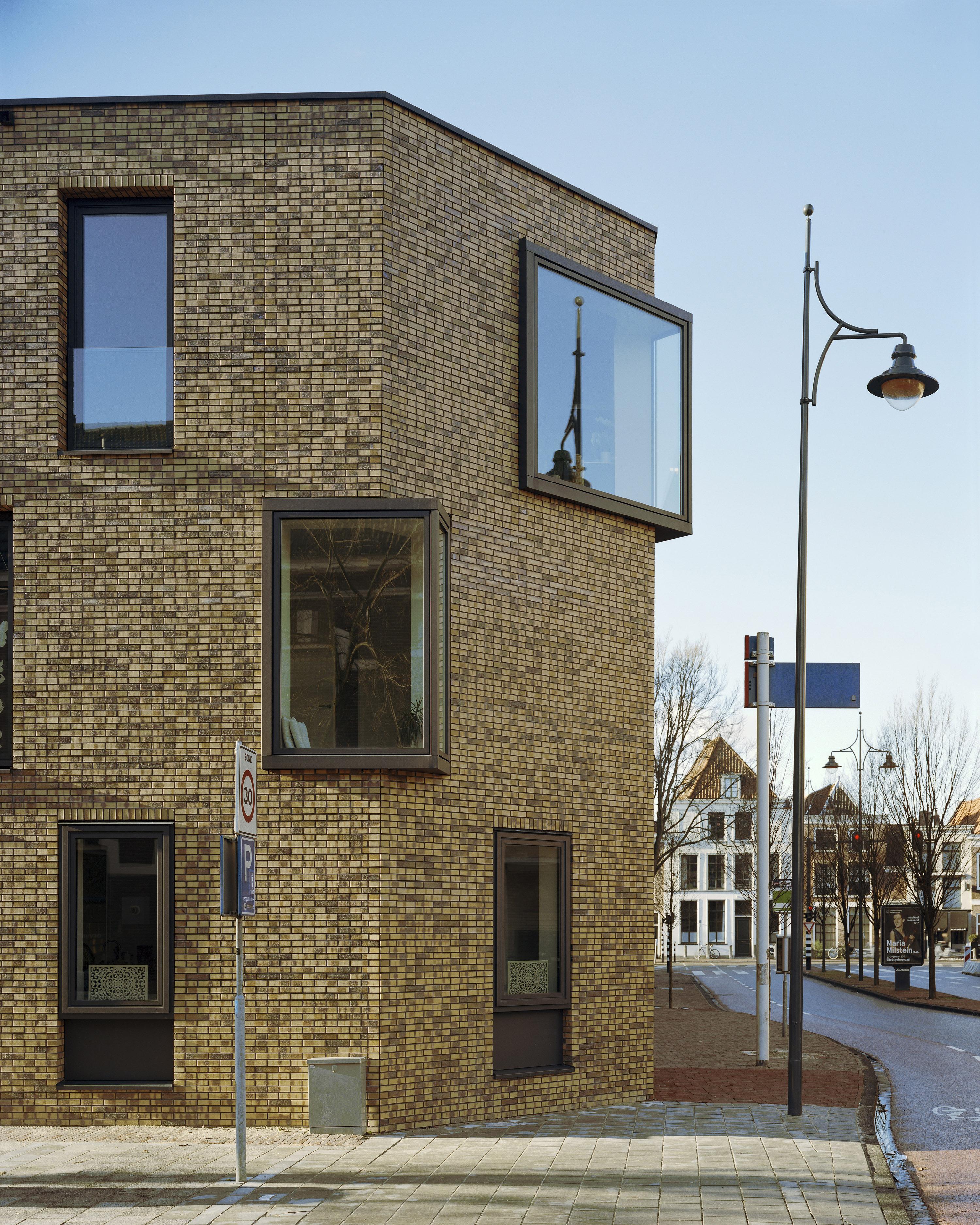<p>nieuwbouw met overhoekse erkerramen die hoek markeren, foto: Kim Zwarts</p>