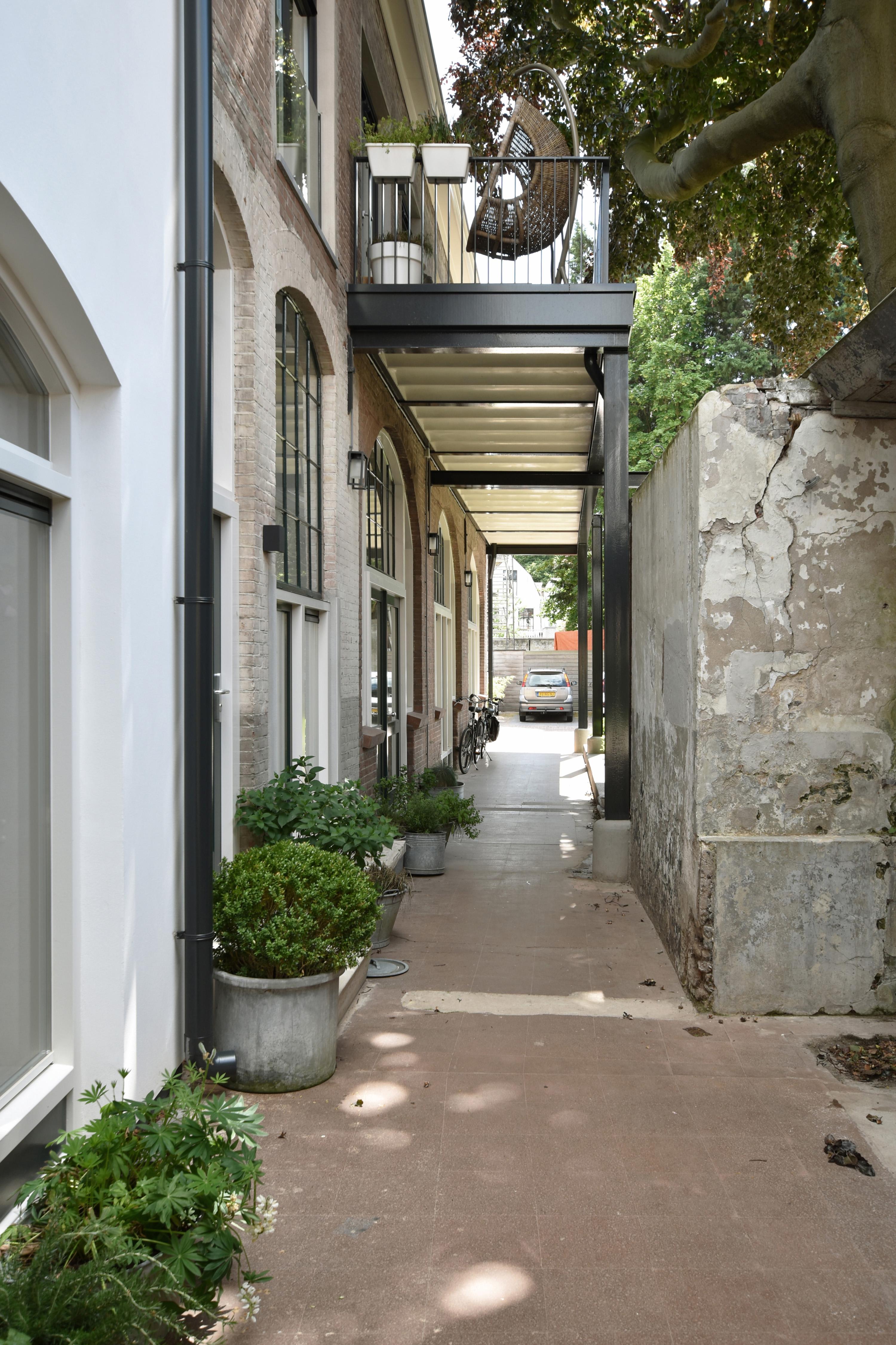 <p>oude fabrieksstraat is nieuw leven ingeblazen, door nieuwe woningentrees en balkons op voormalige transportvloer, foto: GAAGA</p>