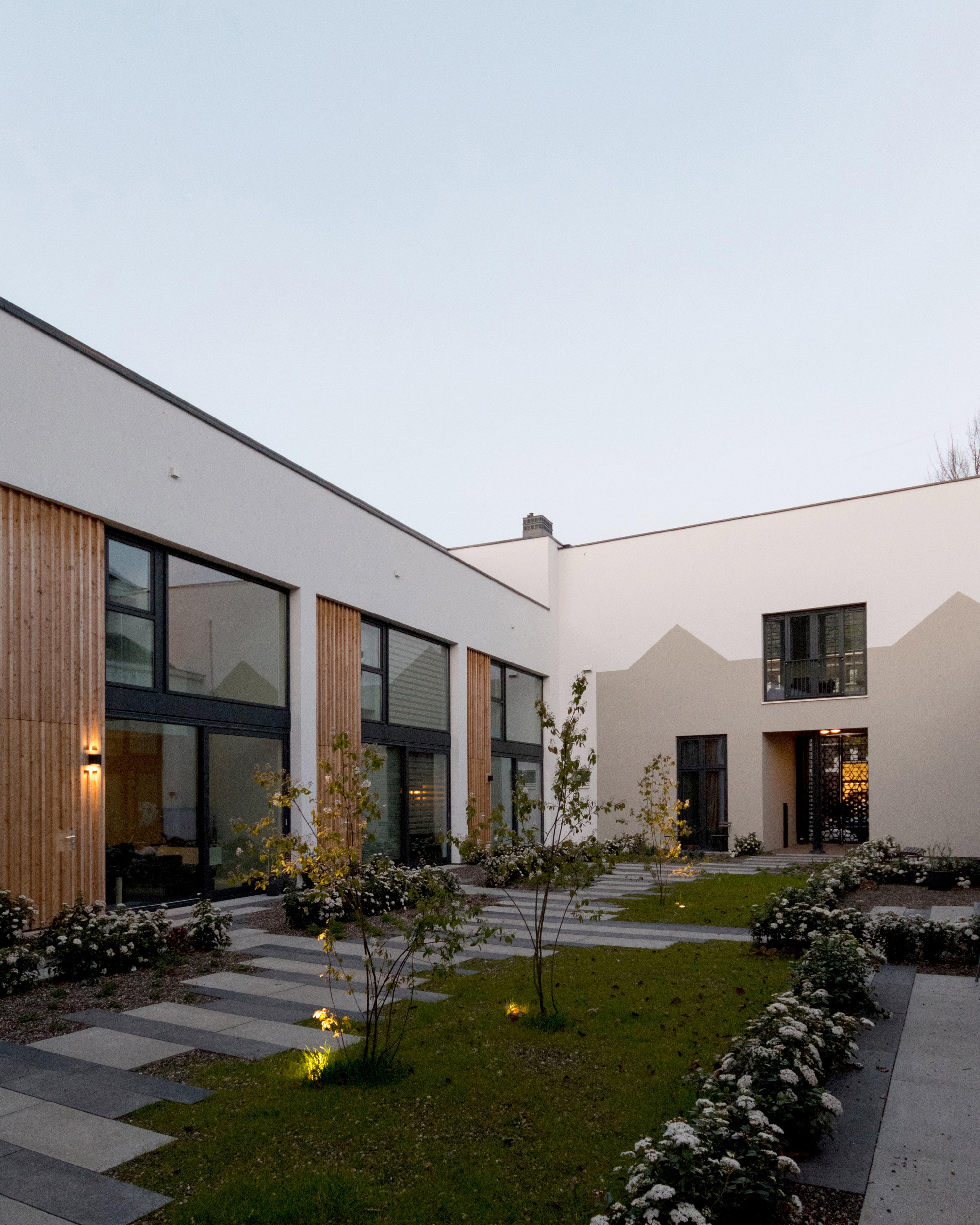 <p>de nieuwbouwwoningen  horen, met hun voordeuren aan het binnenhofje en hun stoere bakstenen, nadrukkelijk bij het ensemble, foto: GAAGA</p>