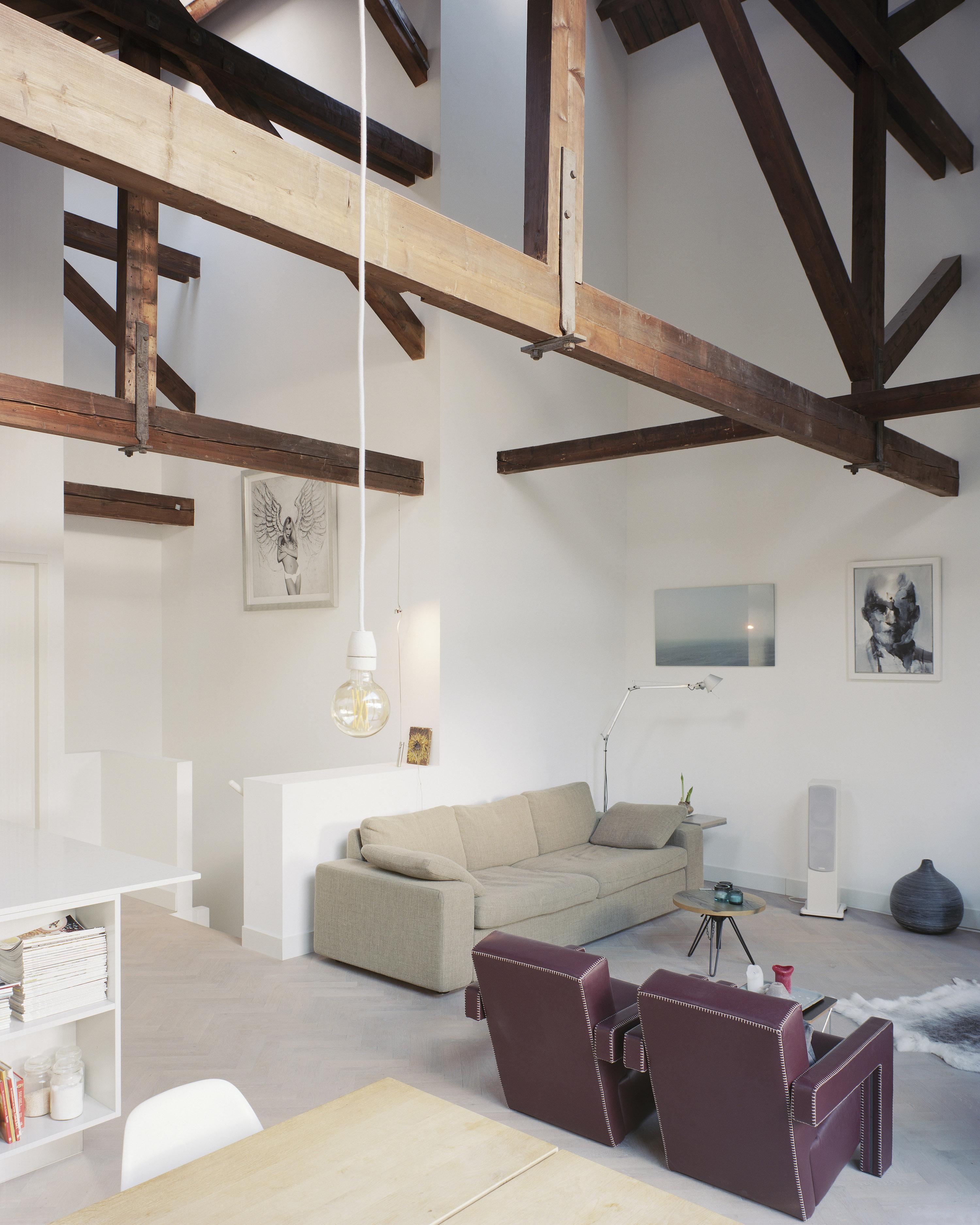 <p>woonkamer onder houten kap in woning 3, foto:Kim Zwarts</p>