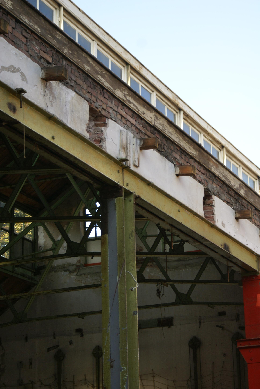 <p>het bouwproces: transformatie van fabriek naar woningen</p>