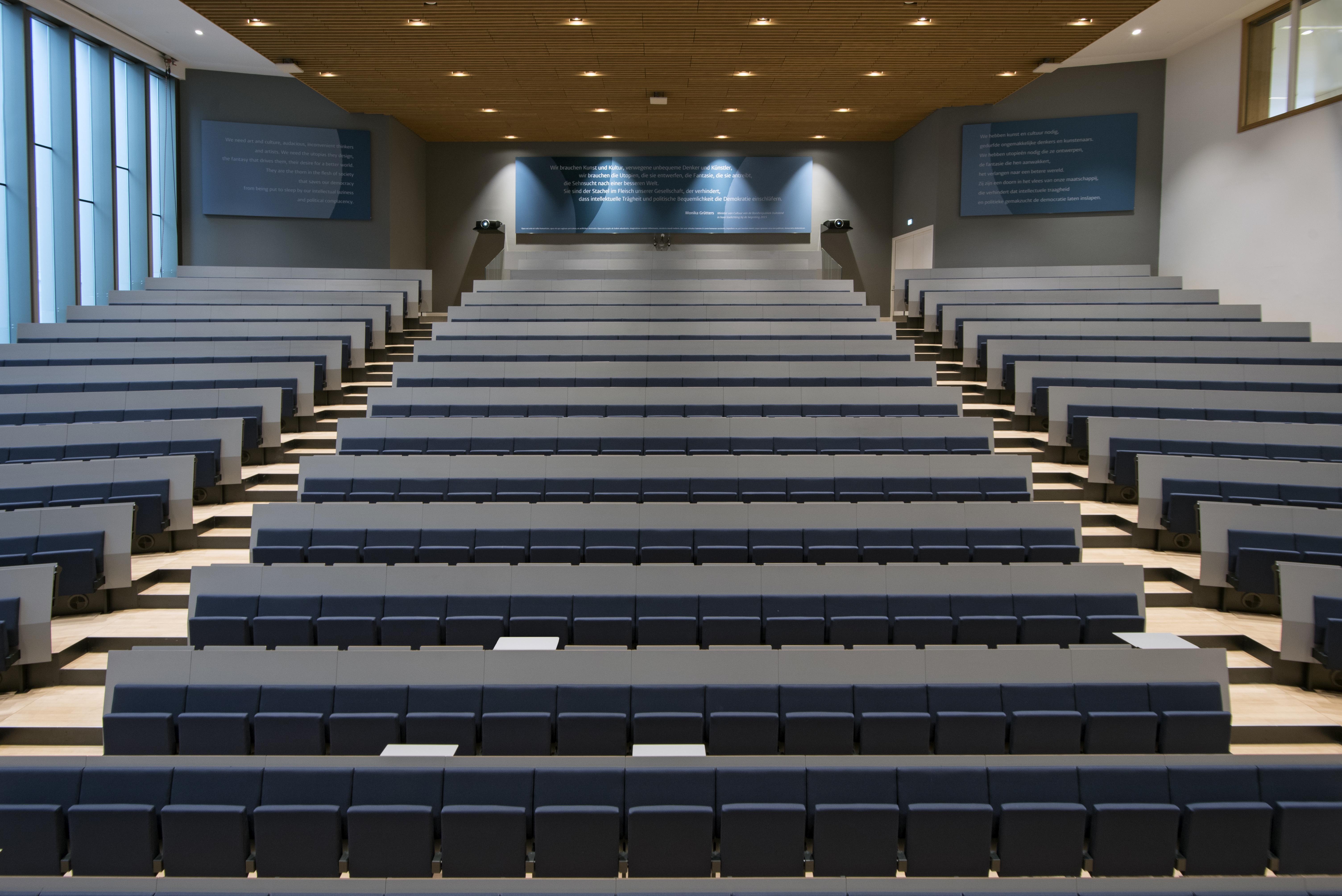 <p>Rechte en schuin geplaatste rijen in het auditorium</p>