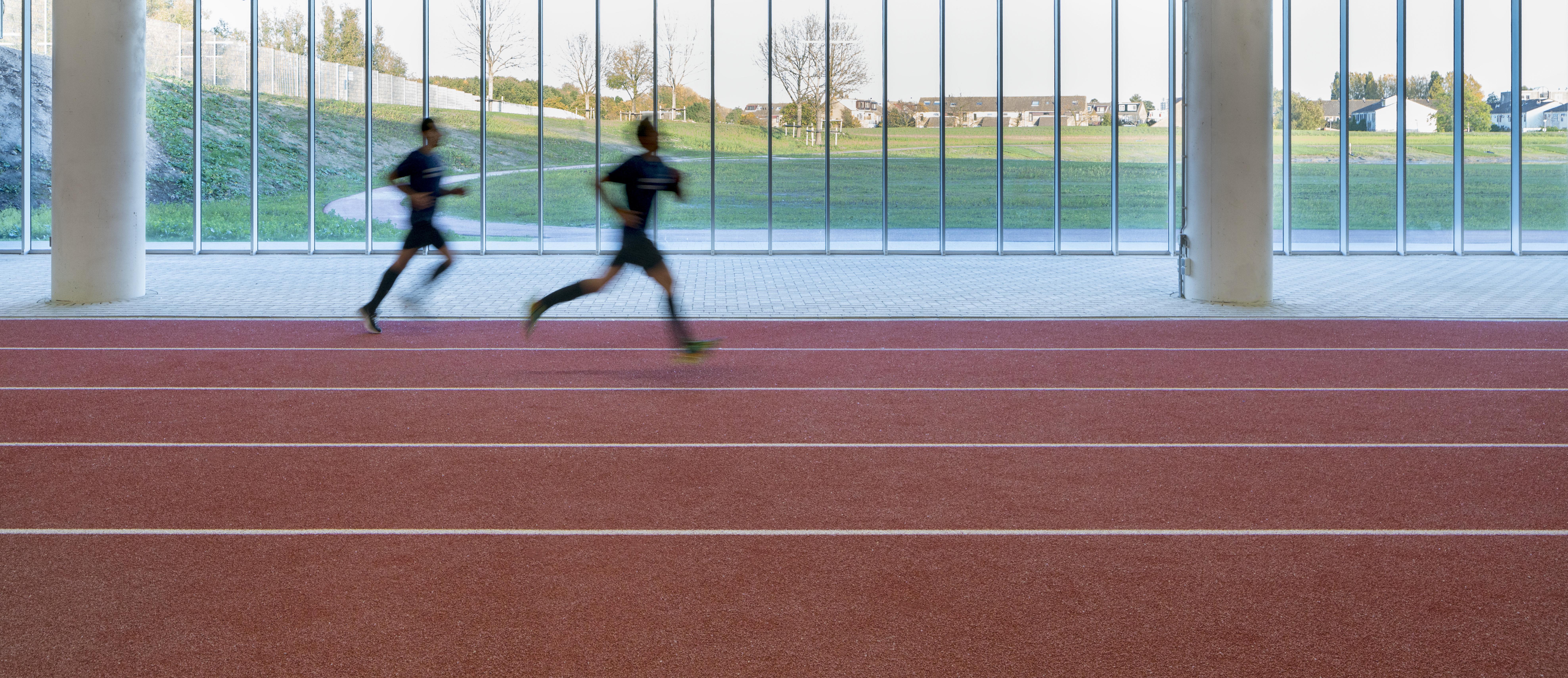<p>Sprintbaan onder de luifel van het voetbalveld / foto: Ronald Tilleman</p>