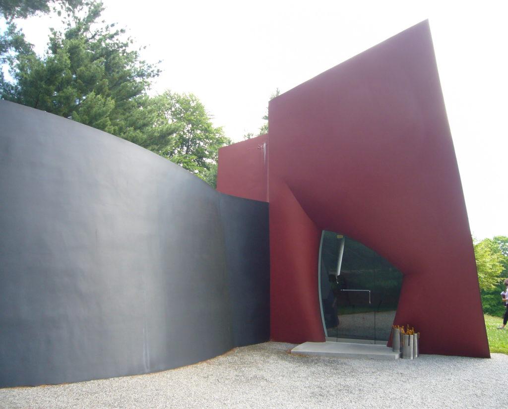 Da Monsta, het laatste gebouwtje van de Internationale Stijl architect Philip Johnson. Alles behalve internationale Stijl, maar wel zeer bijzondere Biophilic architectuur!