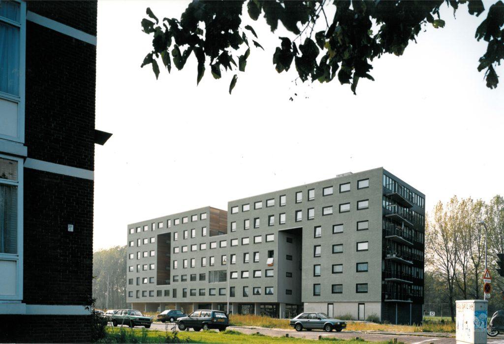 Het woon gebouw 'Kavel 25' was onderdeel van het 'Woningbouwfestival' ter gelegenheid van de realisatie van de 200.000ste woning in Den Haag. KCAP ontwiepr het in samenwerking met Art Zaaijer tussen 1989 en 1992. Het gebouw is opgetild en voorzien van grote gaten, waar de entrees, de stijgpunten en de gemeenschappelijke ruimten zijn gesitueerd. Foto © Ger van der VLUGT