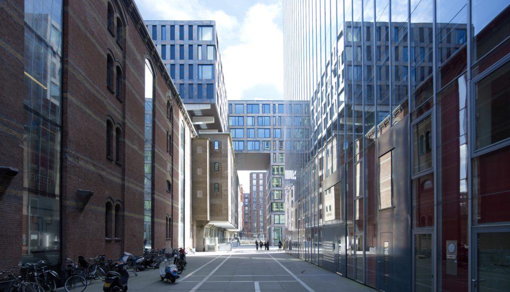Aan de Oostelijke Handelskade in Amsterdam voegde KCAP van 1998-2009 oude pakhuizen samen met nieuwe blokken tot een gedifferentieerd complex van in elkaar grijpende gebouwen waarin doorzichten naar het IJ zijn uitgespaard. Foto Jeroen Musch
