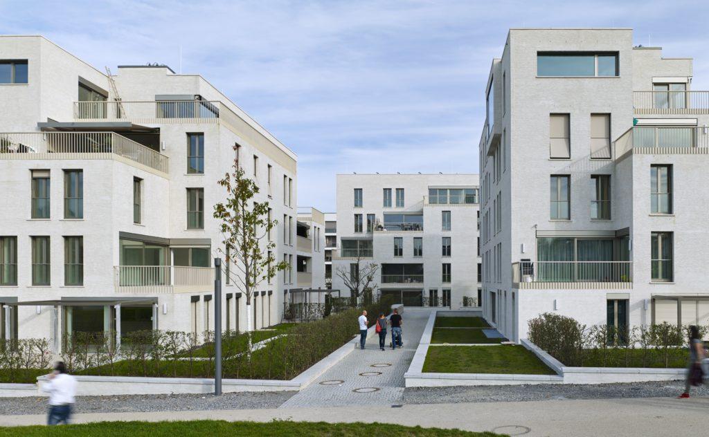 In de wijk Killesberghöhe te Stuttgart ontwierp KCAP drie verschillende, sculpturale appartementengebouwen (2009-2013). In de terrasvormige gebouwen zijn uiteenlopende typen opgenomen, variërend van klassieke tot open plattegronden. Foto Stefan Müller