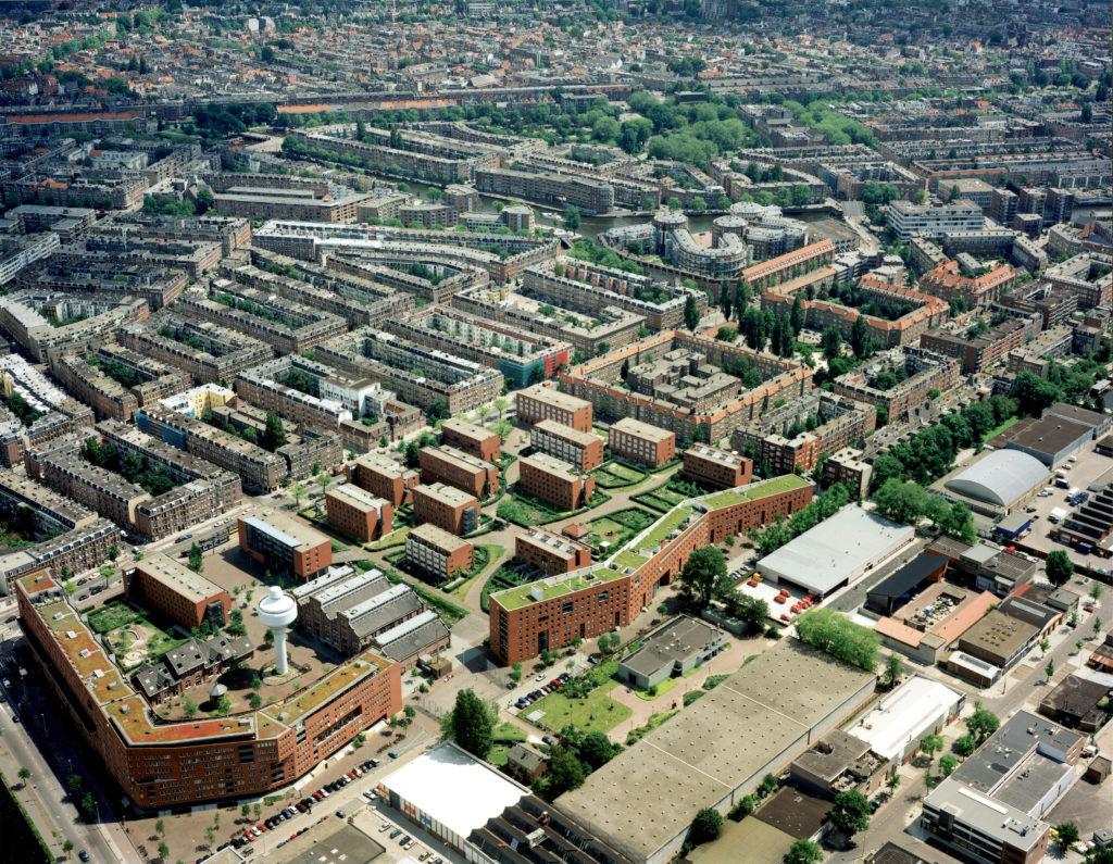 Op het voormalige terrein van het gemeentelijke drinkwaterleidingbedrijf (GWL) in Amsterdam realiseerde KCAP tussen 1993 en 1998 een milieuvriendelijke en autovrije woonwijk Foto Pandion