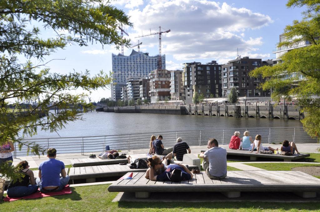 Vanaf 2000 transformeren KCAP en ASTOC in Hamburg het voormalige havengebied aan de Elbe getransformeerd tot een levendige stedelijke zone. Het programma voor Hafencity omvat onder meer 5.800 woningen en 45.000 werkplaatsen, cultuur, vrije tijds besteding, restaurants, winkels, parken, pleinen en promenades. Beeld Elbe&Flut