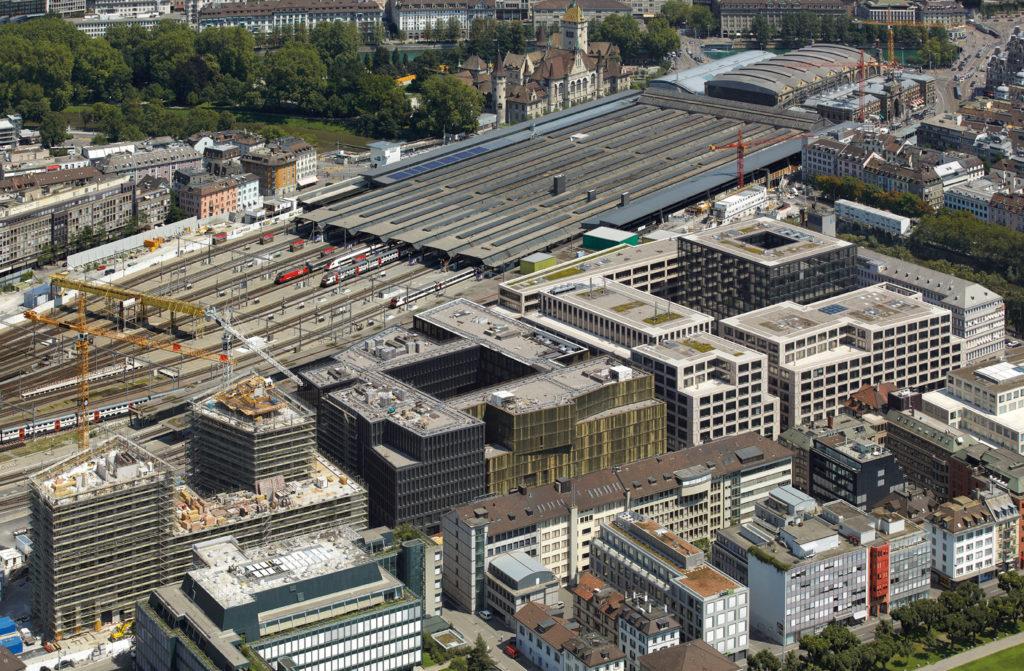 Het stationsgebied van Zurich is door zijn centrale positie en bereikbaarheid een belangrijke ontwikkelingslocatie. KCAP maakte een masterplan waarin de morfologie en blokstructuur van de omringende stad zijn doorgezet en het gebied op een natuurlijke wijze in zijn omgeving is ingepast. Beeld Stefan Müller