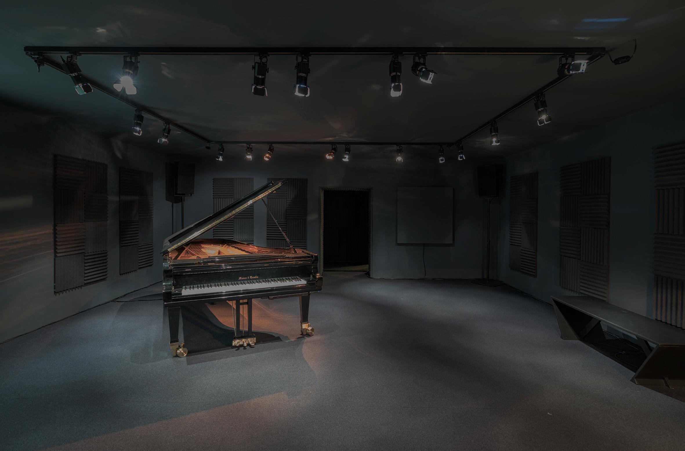 <p>Rana Hamadeh presenteert in een pikzwarte ruimte haar operaproject, en laat deze vergezeld gaan van indringende muzikale klanken.</p>