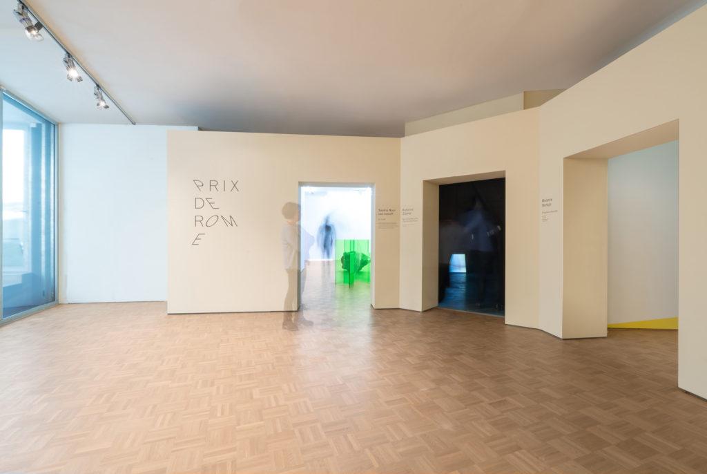 Entree tot de verschillende tentoonstellingsruimtes van de Prix de Rome 2017 in de Kunsthal door Donna van Milligen Bielke