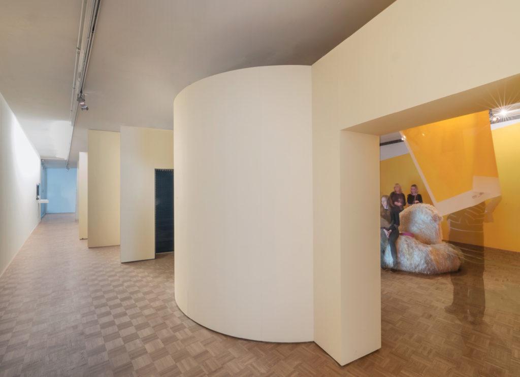 De muur die de buiten- en binnenruimte scheidt, vormt de toegang tot de tentoonstellinsgruimtes van de Prix de Rome 2017 in de Kunsthal door Donna van Milligen Bielke