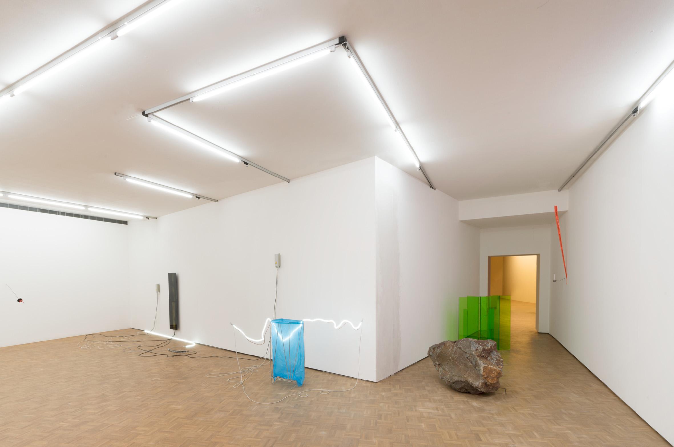 <p>De installatie van Noor van Imhoff begint in de paars verlichte personenlift die sterk contrasteert met de felgroene expositiezaal.</p>