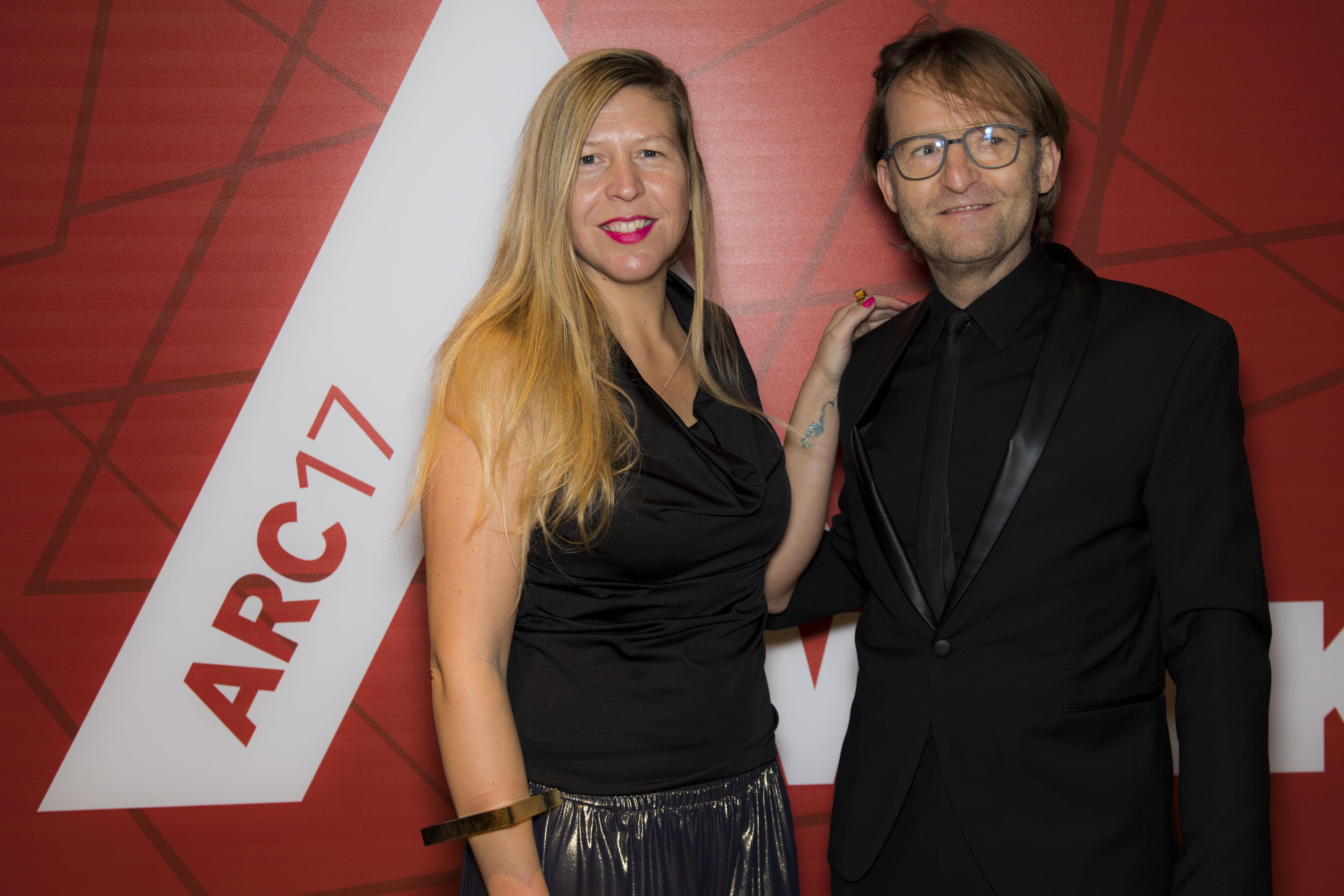 <p>Anne van der Zwaag (jury ARC17 Innovatie Award) en Maurice Mentjens. Foto: Elvins Fotografie </p>