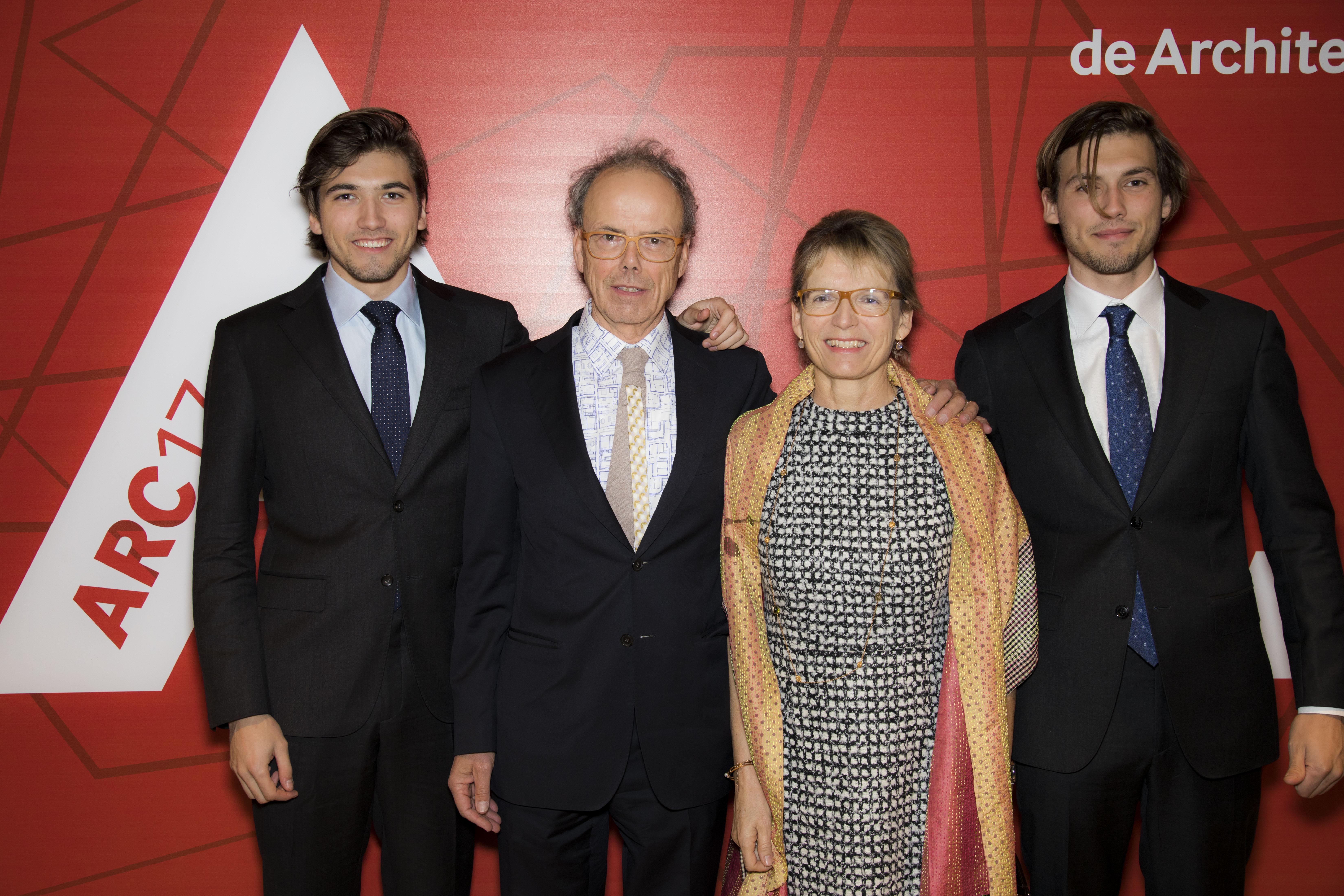 <p>Kees Christiaanse, winnaar van de ARC17 Oeuvre Award met familie. Foto: Elvins Fotografie</p>