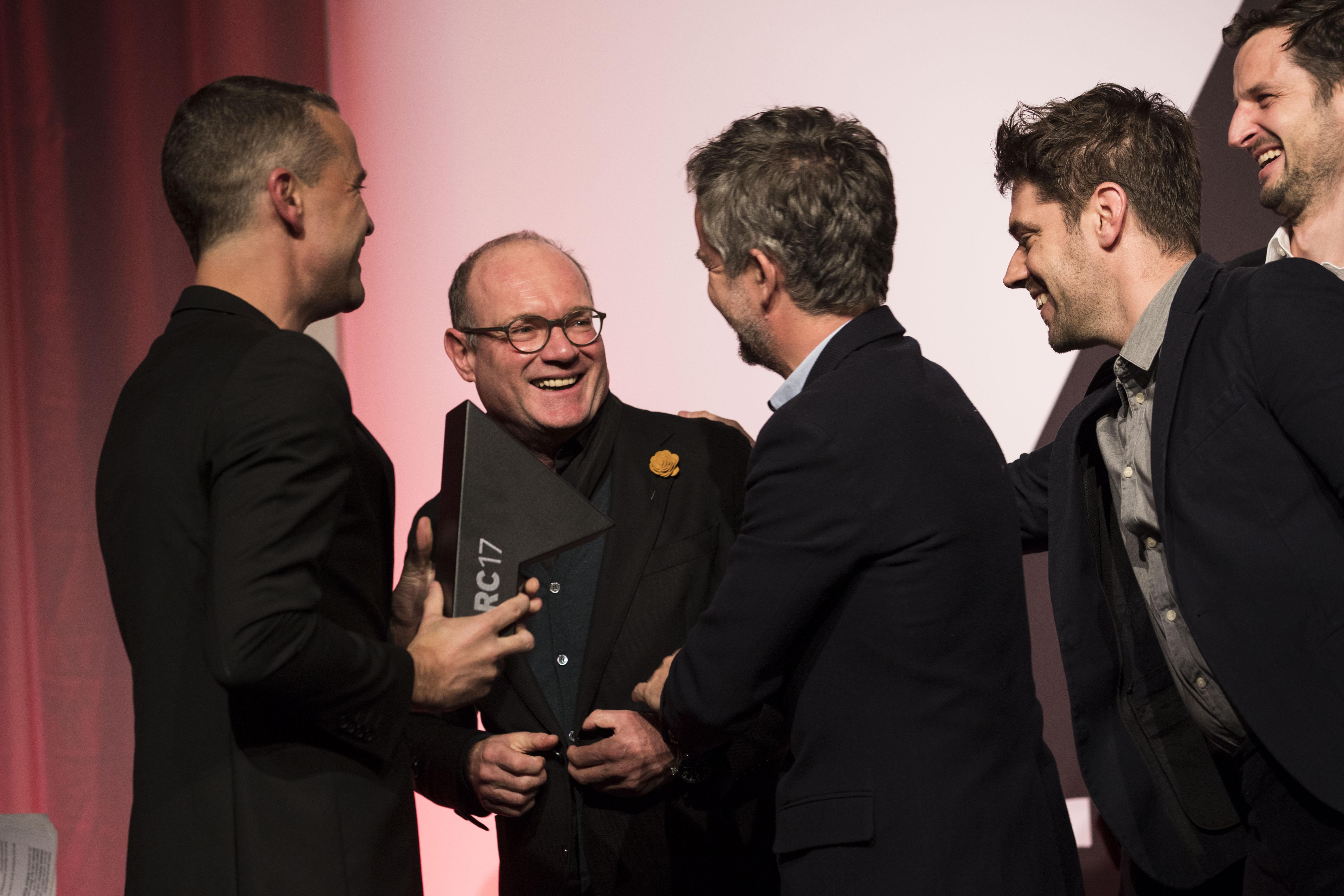 <p>Francesco Messori en de winnaars van de ARC17 Innovatie Award: Superuse Studio. Foto Elvins Fotografie</p>