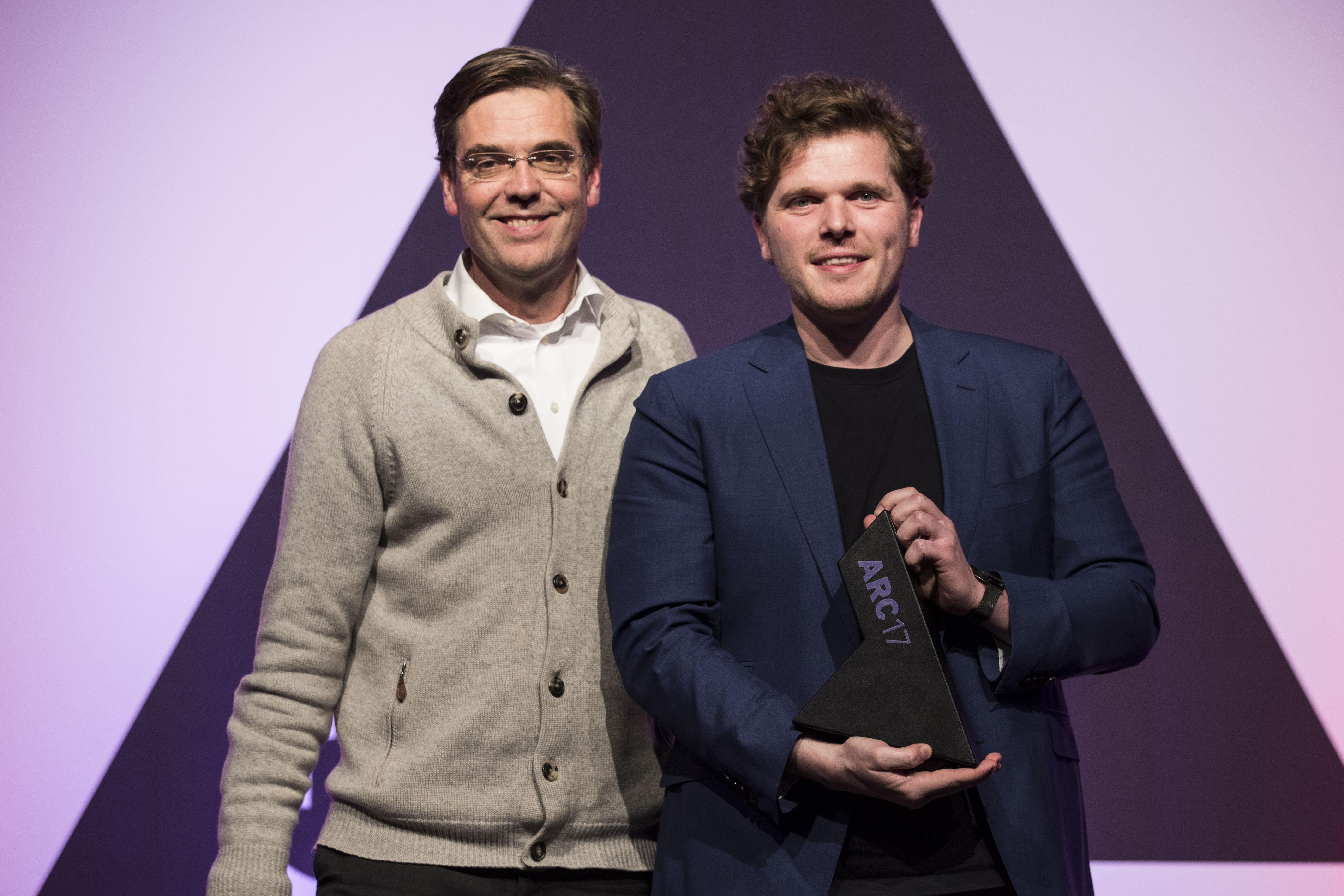 <p>Links Diederik Fokkema (juryvoorzitter ARC17 Meubel Award), rechts Arne Lijbers van Mecanoo krijgt de prijs voor de HUBB. Foto: Elvins Fotografie</p>