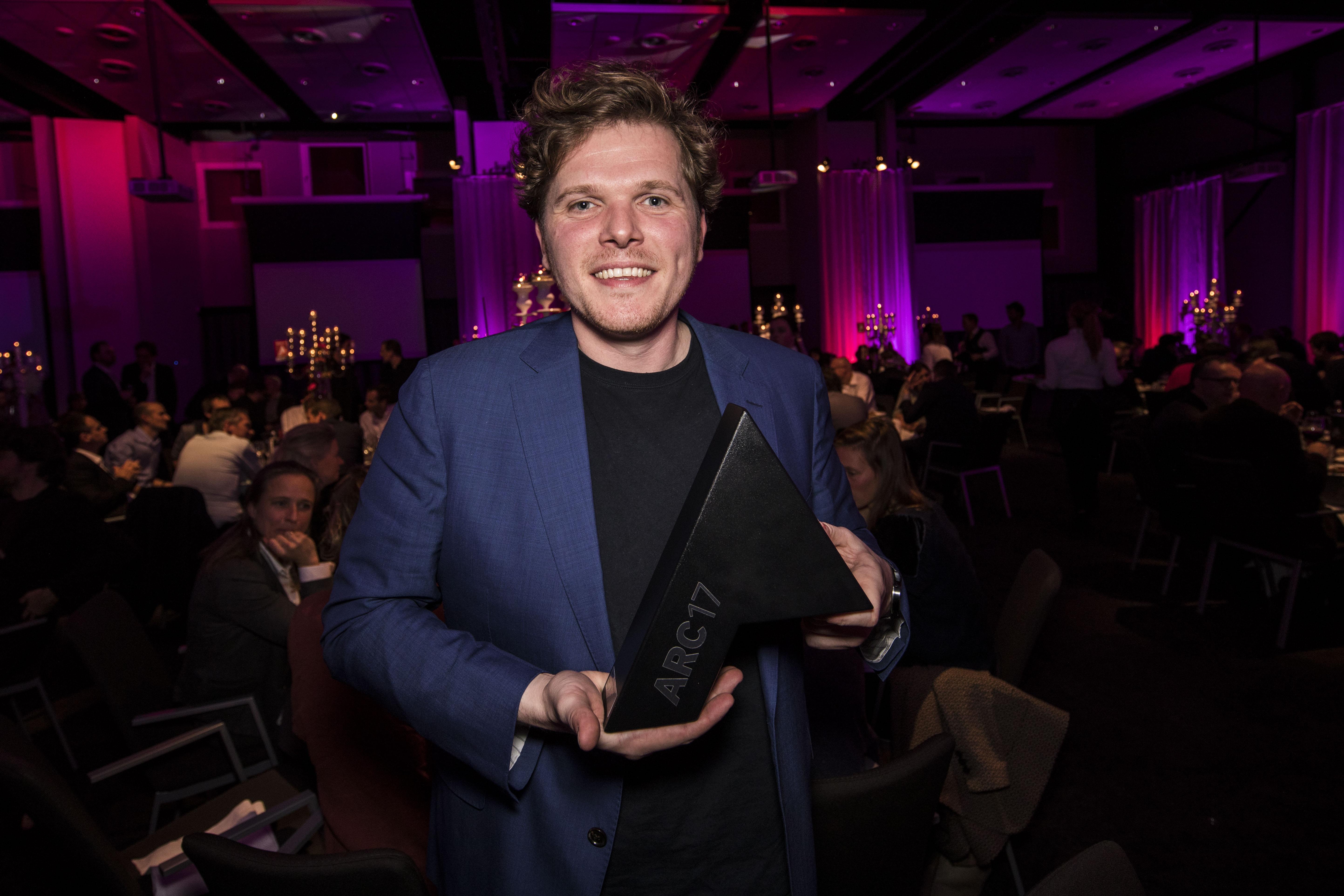 <p>Arne Lijbers van Mecanoo krijgt de prijs voor de HUBB. Foto: Elvins Fotografie</p>