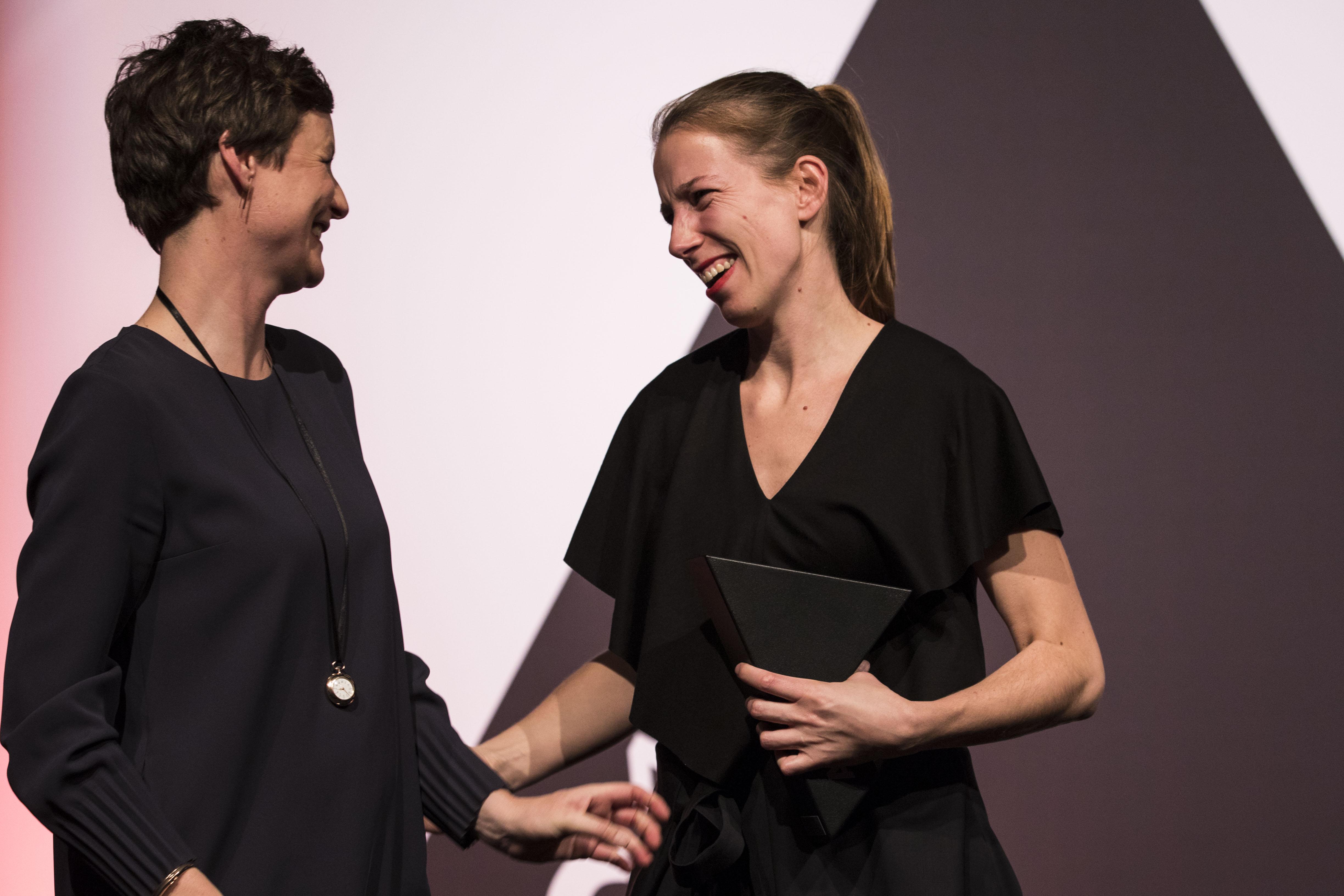 <p>Links Mijke Rood, juryvoorzitter ARC17 Detail Award met Marieke Kums tijdens de overhandiging van de ARC17 Detail Award. Foto: Elvins Fotografie</p>