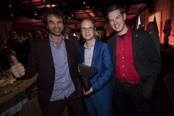 Van links naar rechts Césare Peeren (voorzitter jury ARC17 Innovatie Award), Jan Jongert en Jeroen Bergsma. Zij zijn voor Blue City onderscheiden met de Award. Foto Elvins Fotografie