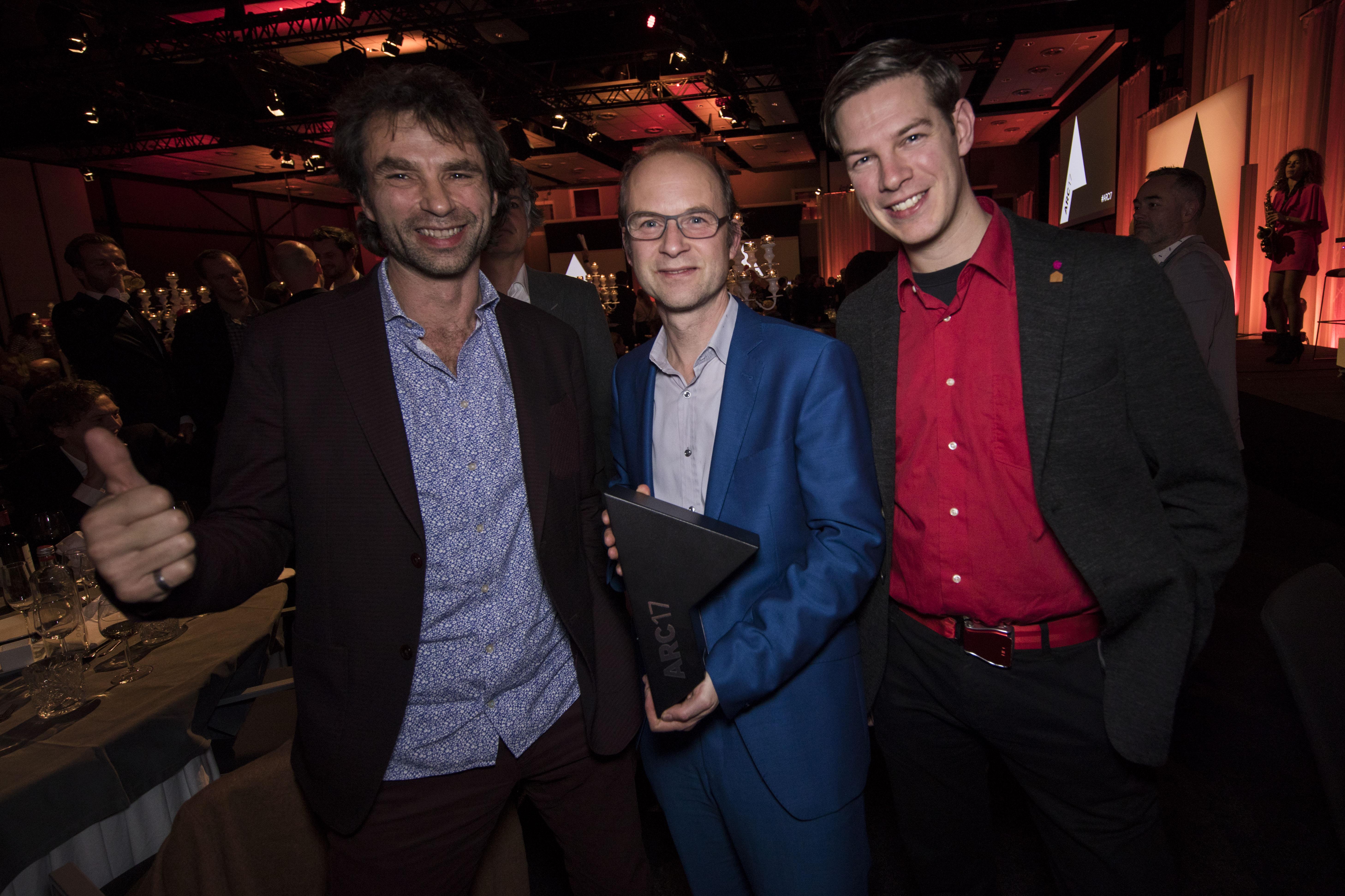 <p>Van links naar rechts Césare Peeren (voorzitter jury ARC17 Innovatie Award), Jan Jongert en Jeroen Bergsma. Zij zijn voor Blue City onderscheiden met de Award. Foto Elvins Fotografie </p>