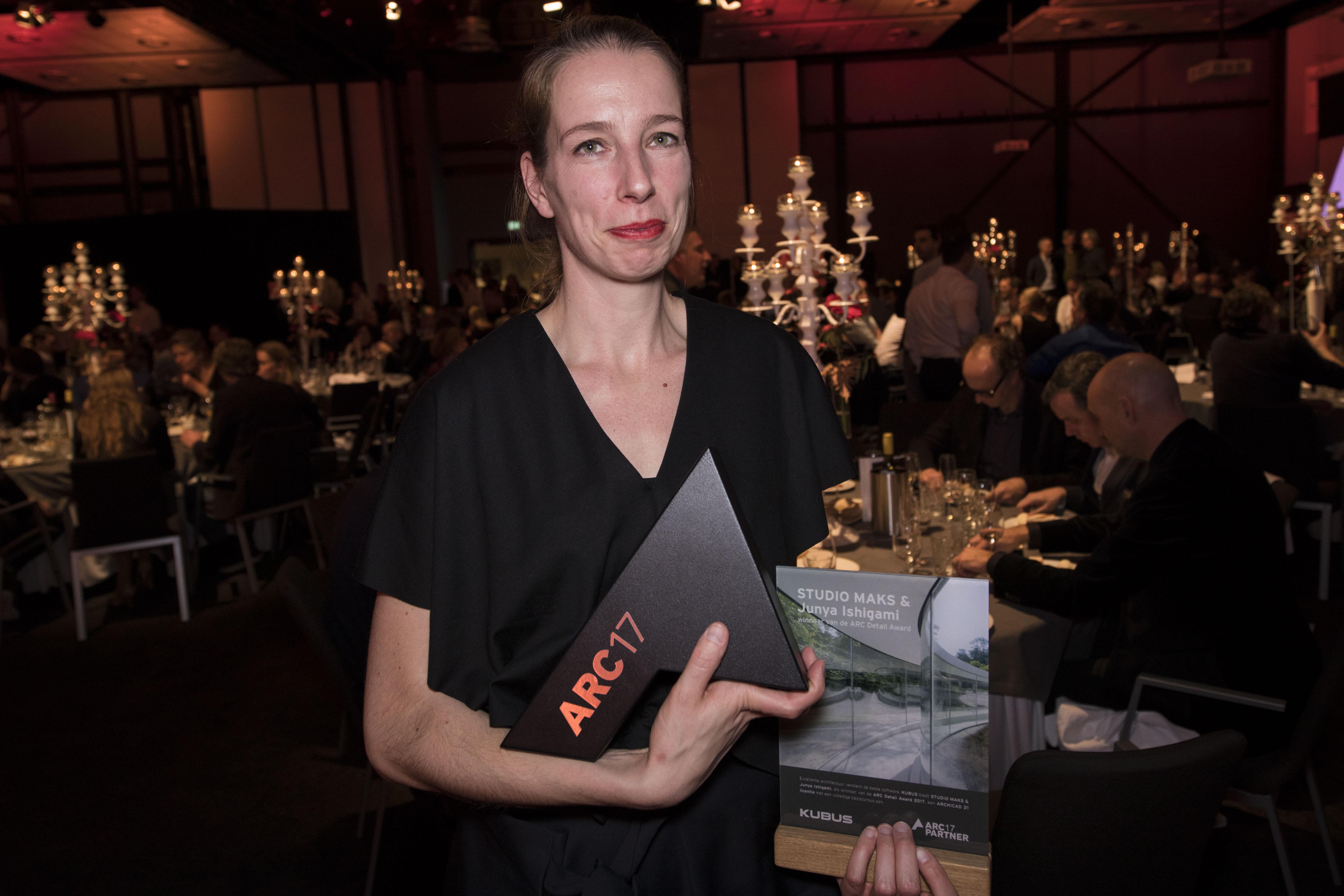 <p>Marieke Kums van STUDIO MAKS neemt de ARC17 Detail Award in ontvangst. Foto: Elvins Fotografie</p>