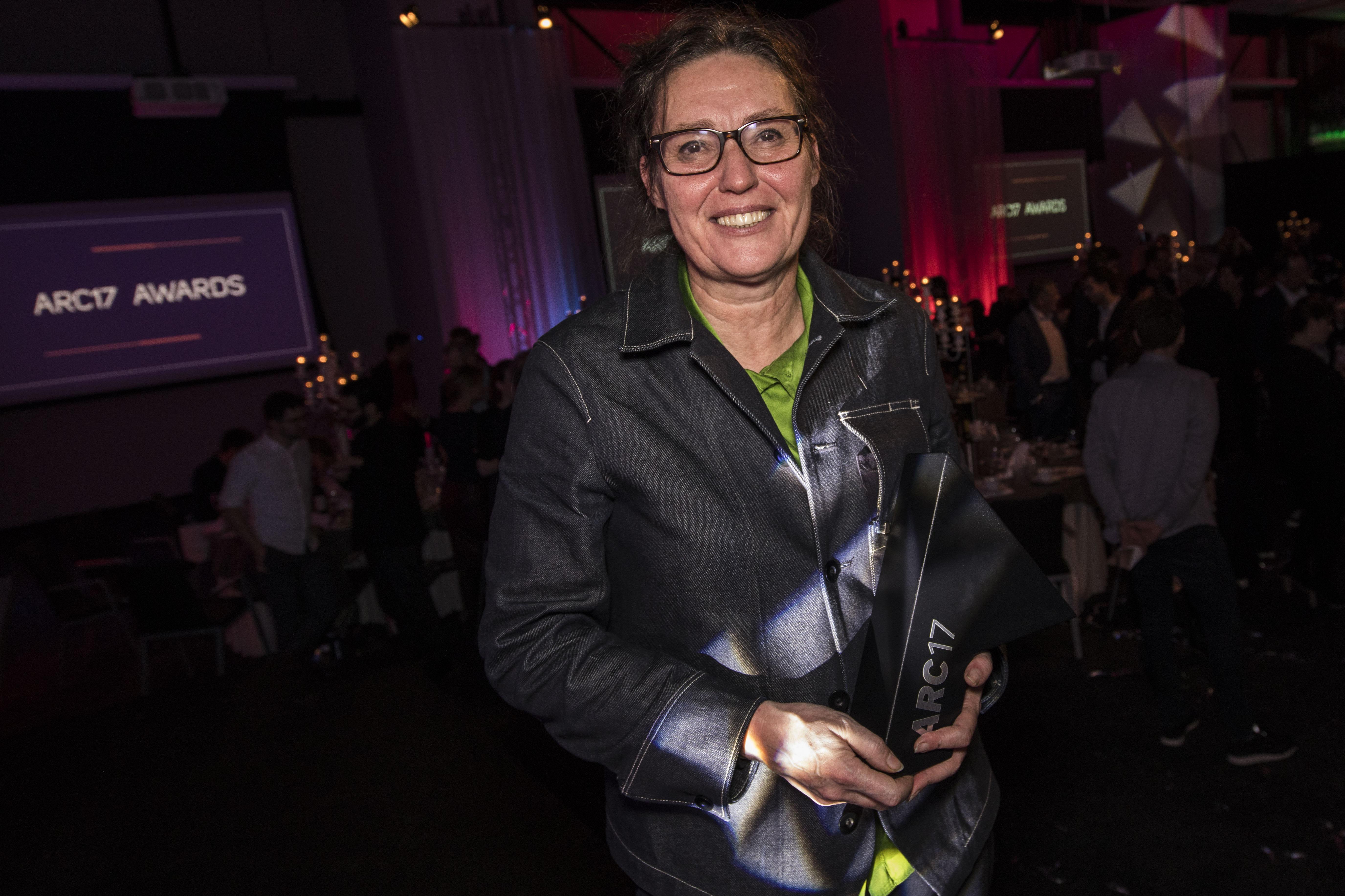 <p>Ellen van Loon ontvangt de ARC17 Architectuur Award. Foto: Elvins Fotografie</p>