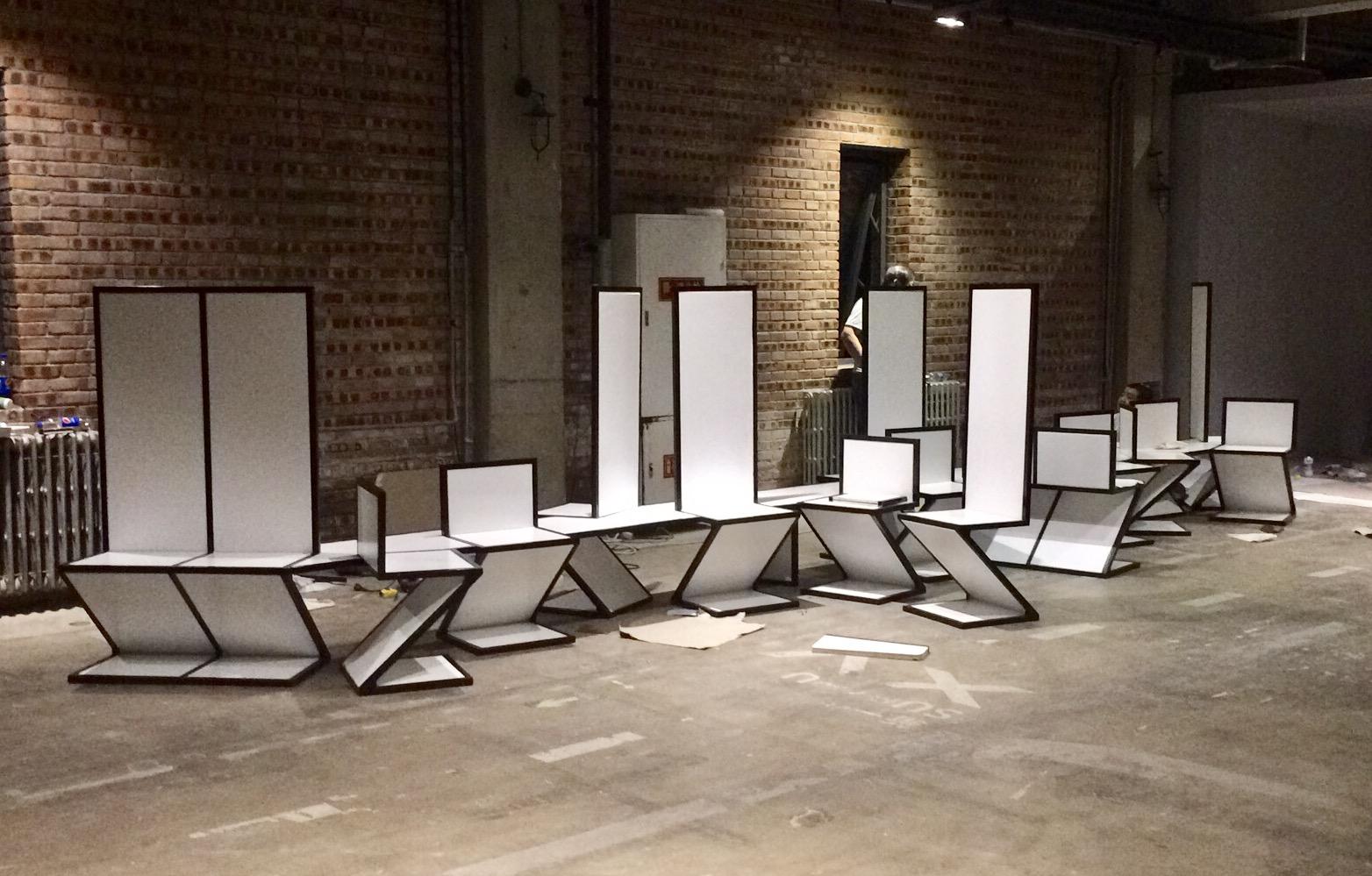 <p>NEXT Architects China_De Stijl-BJDW – een bank uit zig-zag stoelen, als onderdeel van een De Stijl tentoonstelling voor de Beijing Design Week 2017</p>