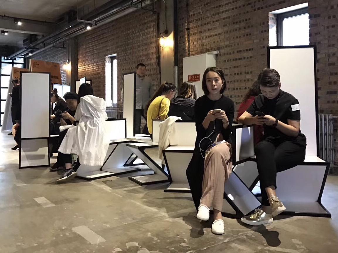 <p>De Stijl-BJDW – een bank uit zig-zag stoelen, als onderdeel van een De Stijl tentoonstelling voor de Beijing Design Week 2017</p>