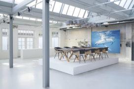 Plastic Whale maakt van plastic grachtafval kantoormeubilair