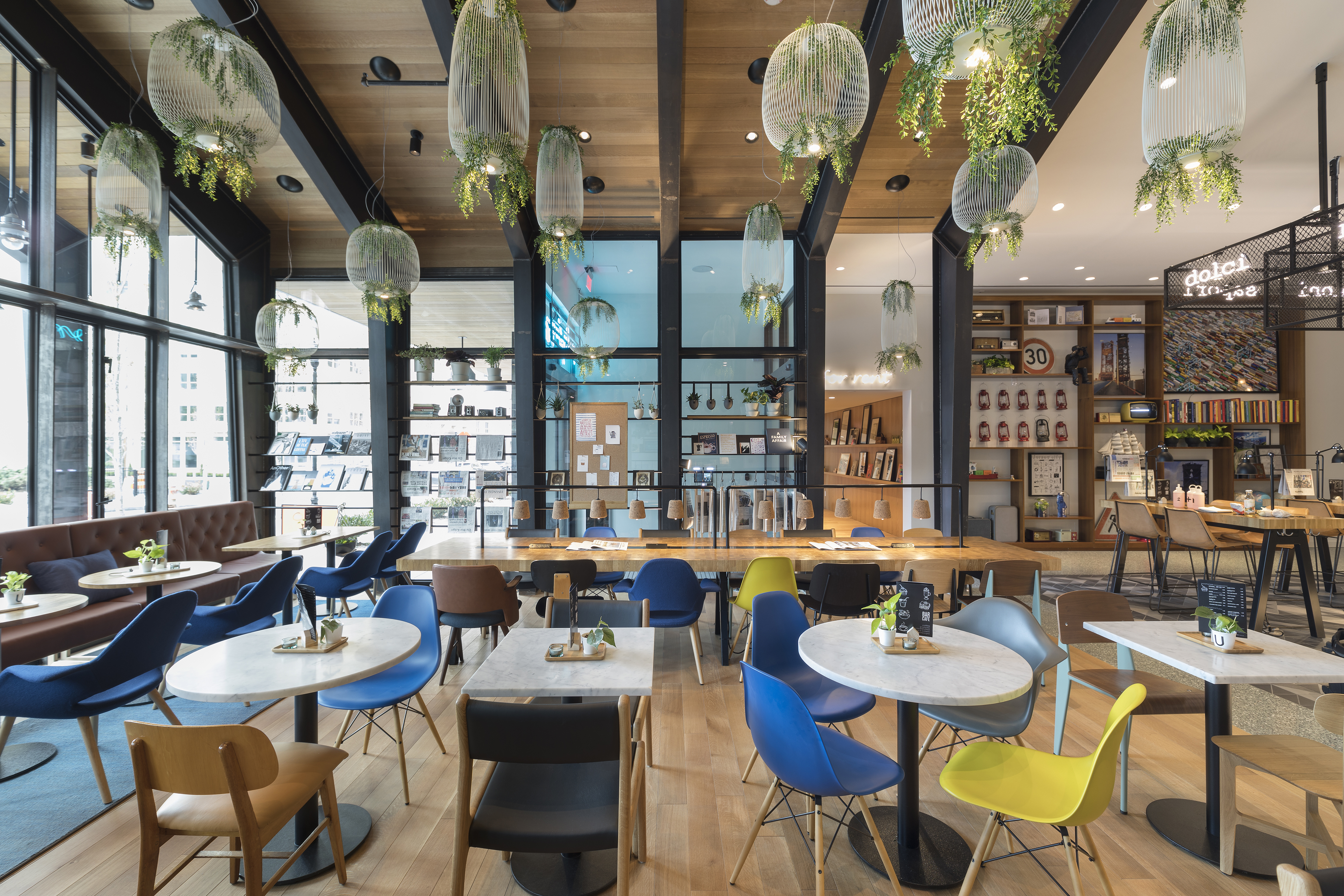 <p>Bewoners en bezoekers betreden de Urby-toren via het café Beeld Ewout Huibers / Concrete architectural associates</p>