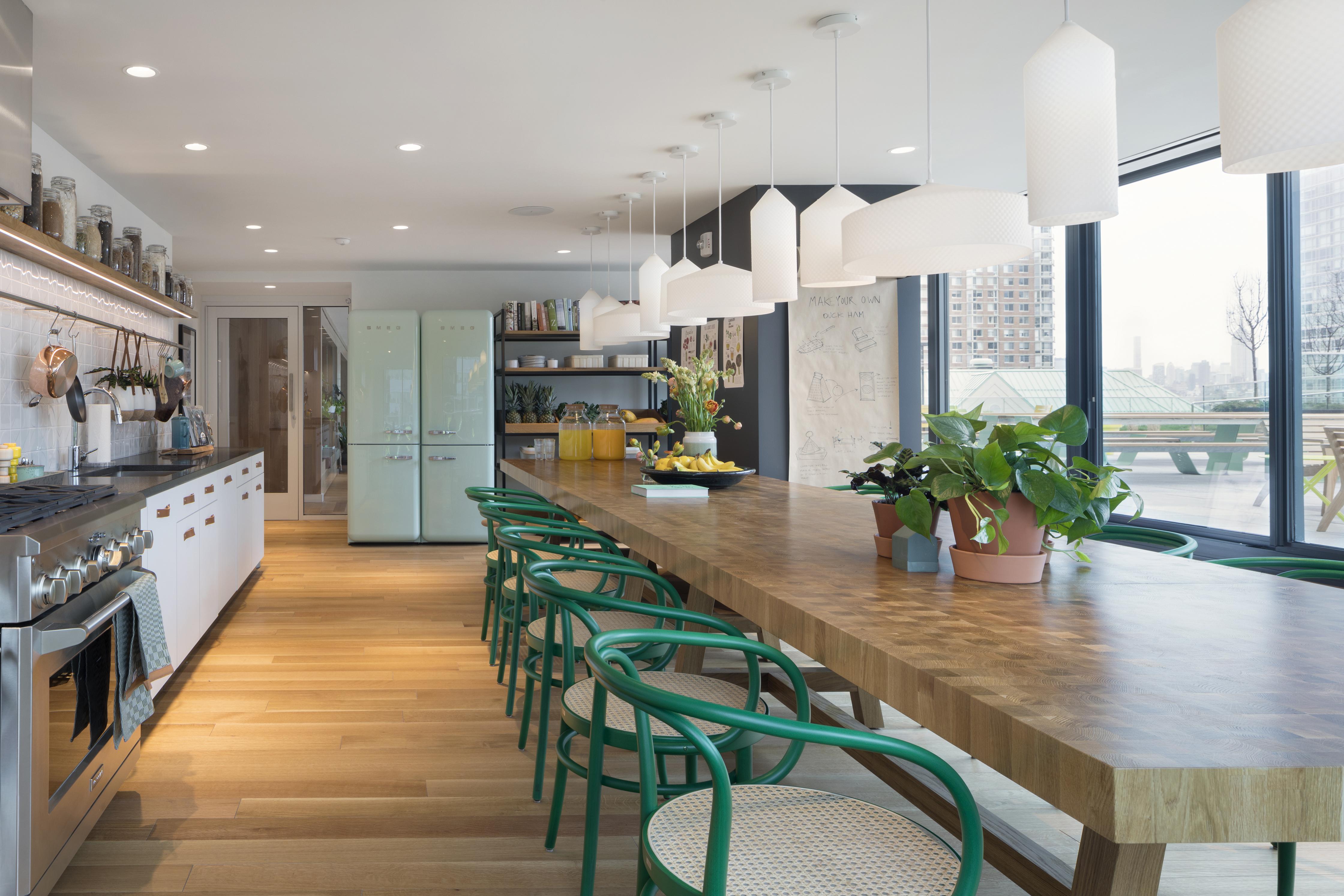 <p>De gemeenschappelijke kook- en eetruimte op de negende verdieping Beeld Ewout Huibers / Concrete architectural associates</p>