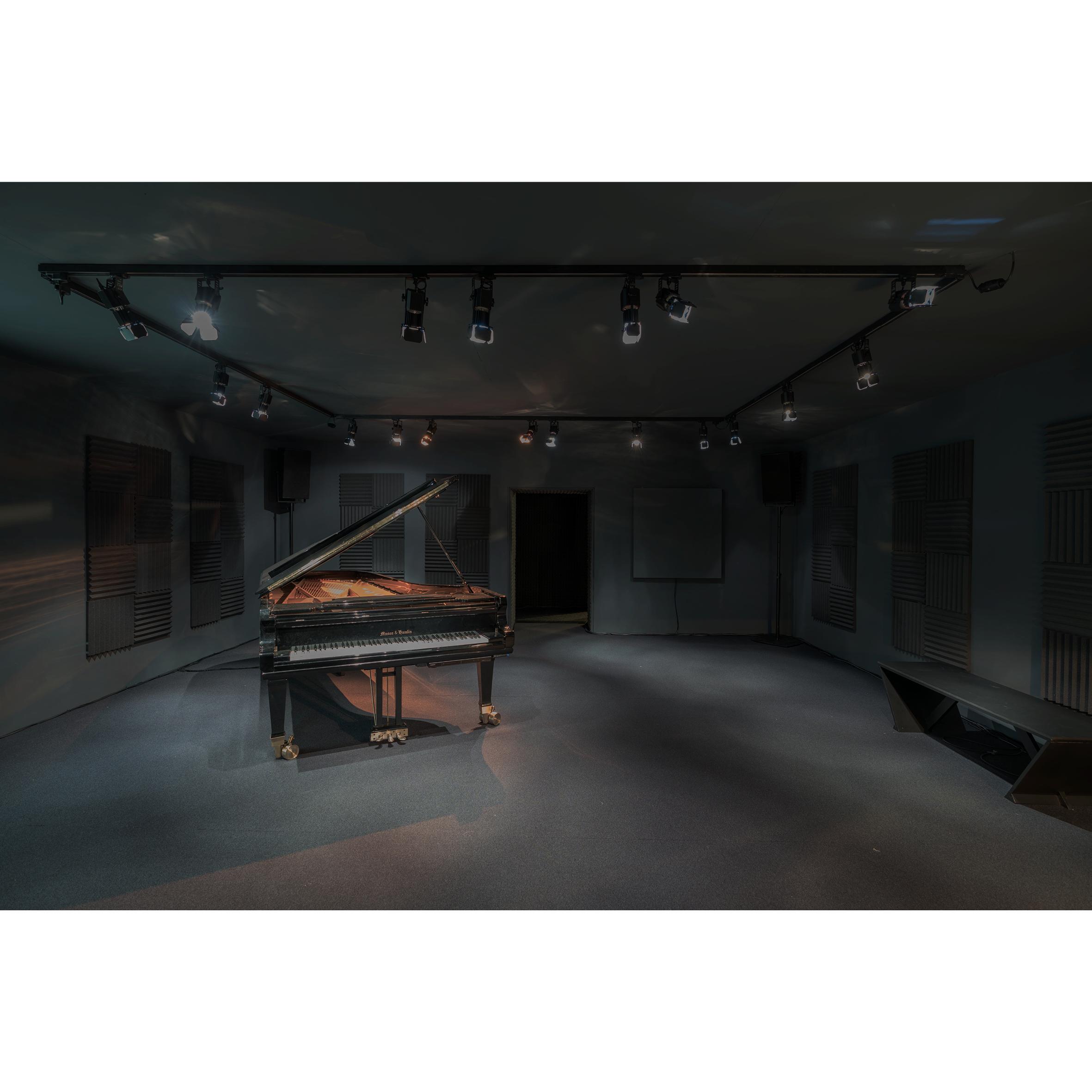 <p>Rana Hamadeh presenteert in een pikzwarte ruimte haar operaproject, en laat dit vergezeld gaan van indringende muzikale klanken Beeld Sanne van Hecke</p>