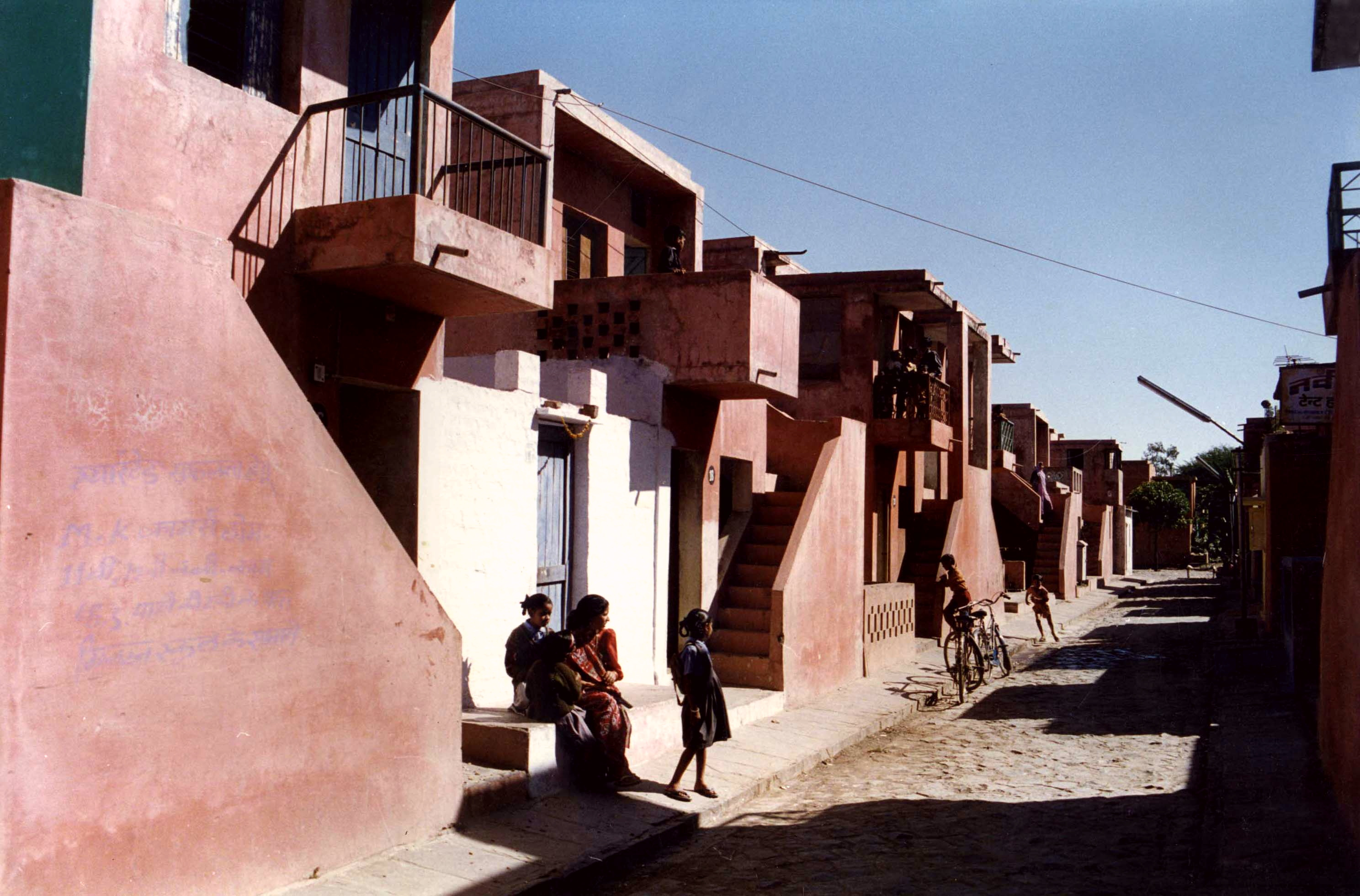 <p>Aranya Community Housing (1989) in Indore door Balkrishna Doshi, winnaar Pritzker Prize 2018, beeld VSF</p>