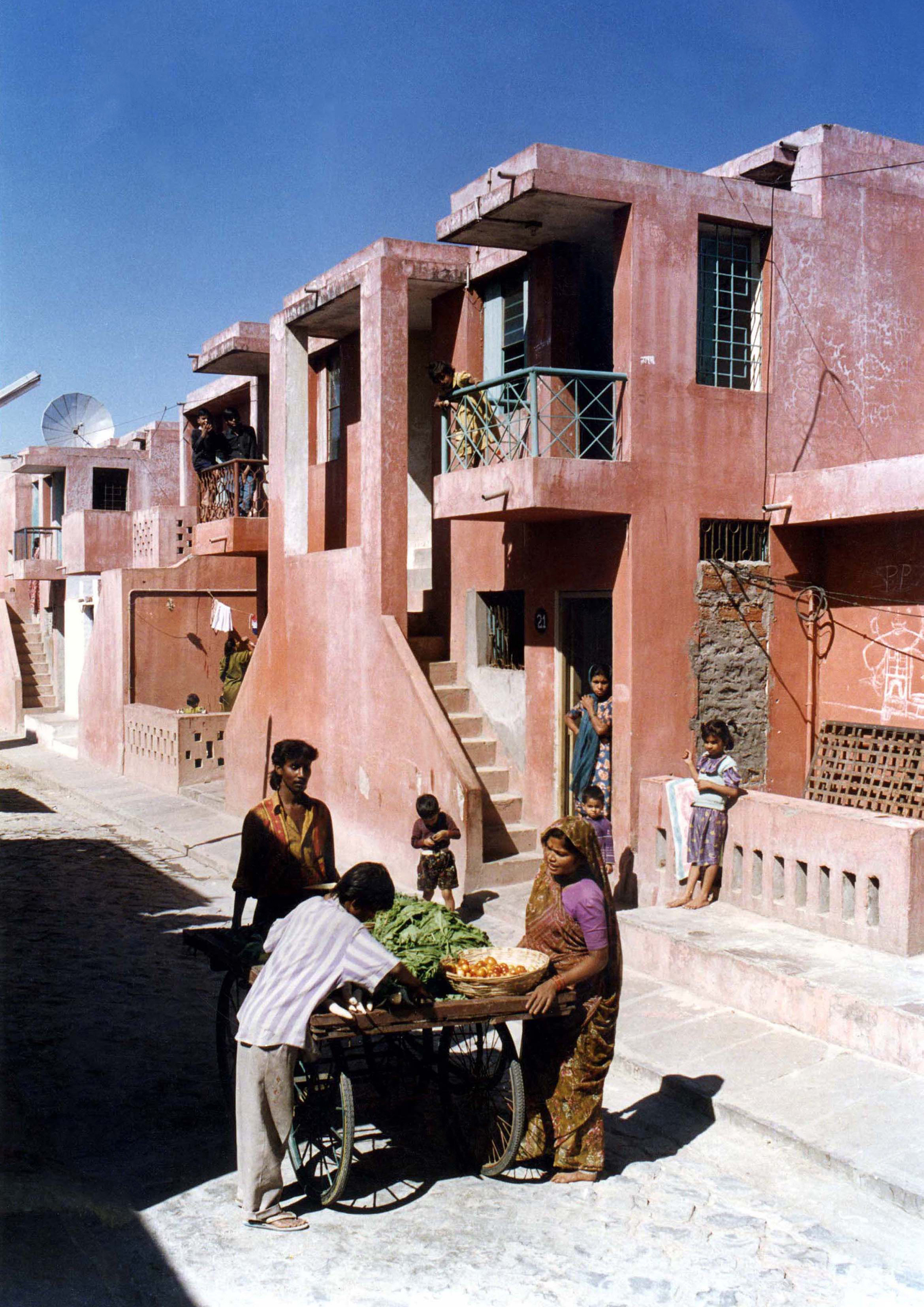 <p>Aranya Community Housing (1989) in Indore door Balkrishna Doshi, winnaar Pritzker Prize 2018, beeld VSF</p>