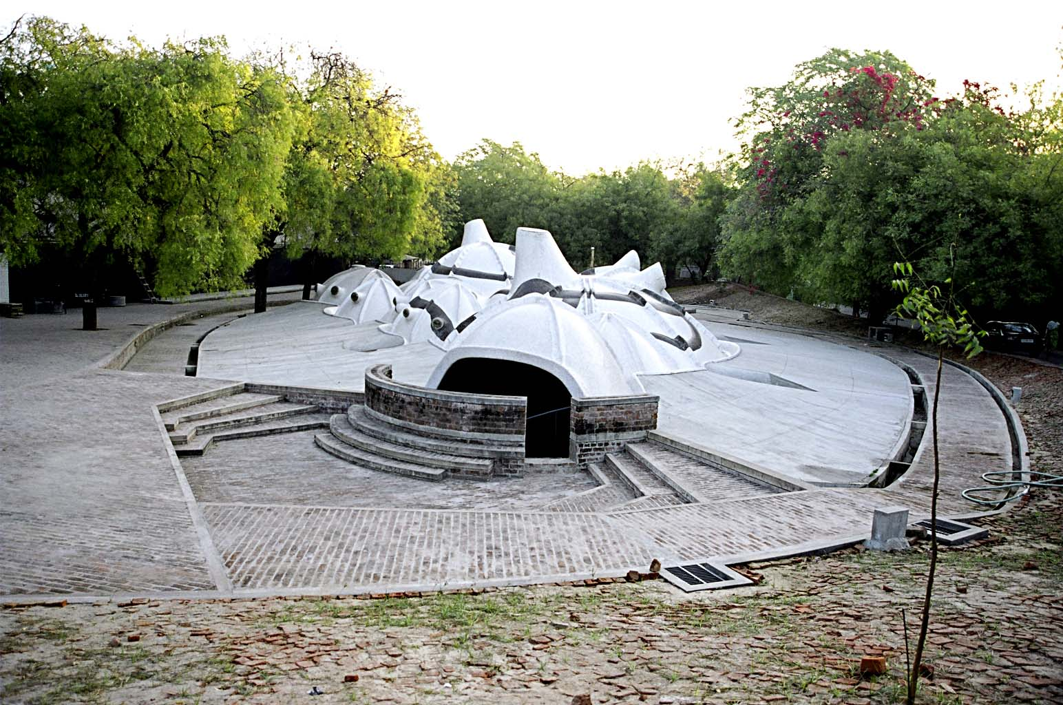 <p>Amdavad Ni Gufa (1995) in Ahmedabad door Balkrishna Doshi, winnaar Pritzker Prize 2018, beeld VSF</p>
