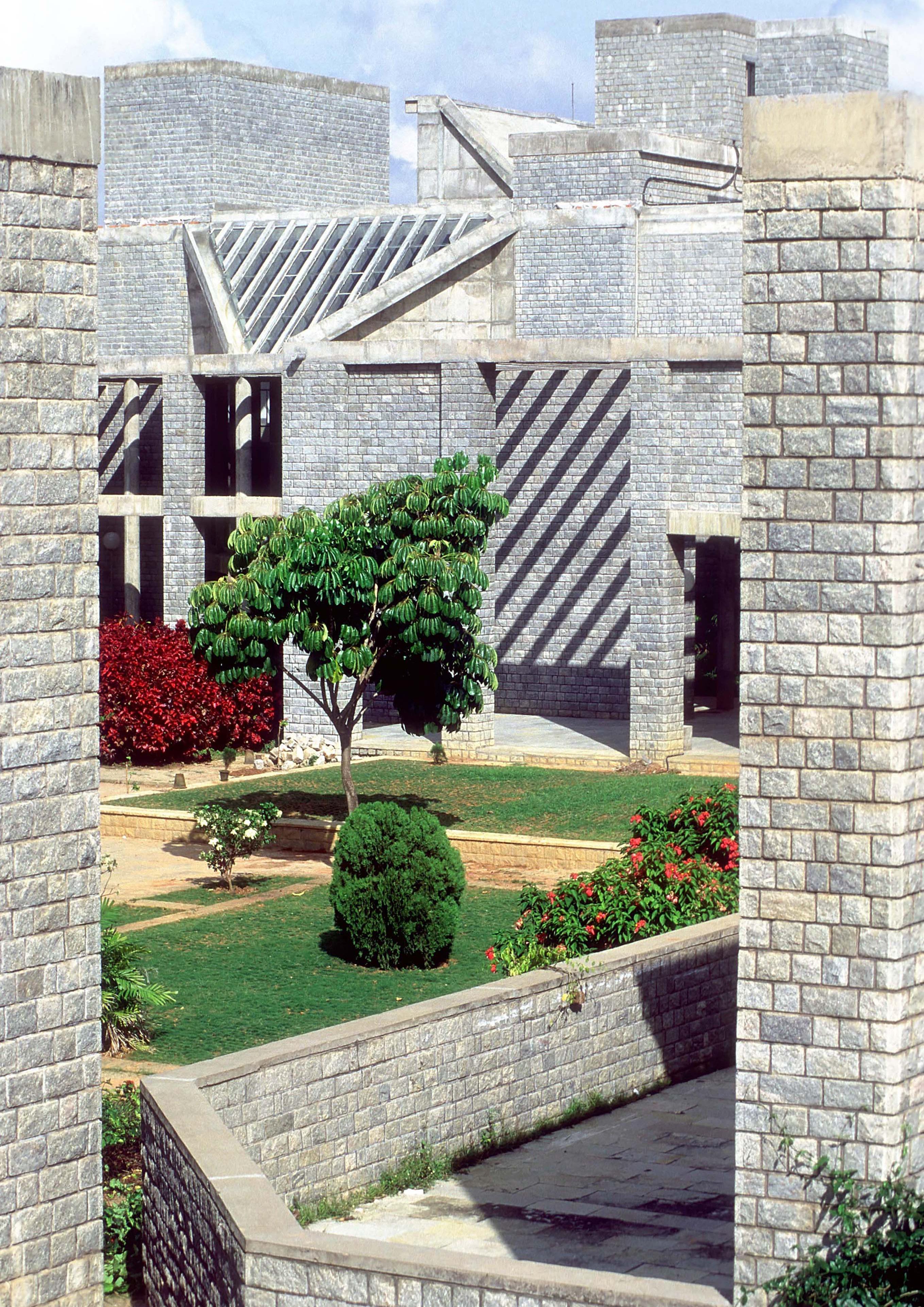 <p>Indian Institute of Management (1983) in Bangalore door Balkrishna Doshi, winnaar Pritzker Prize 2018, beeld VSF</p>