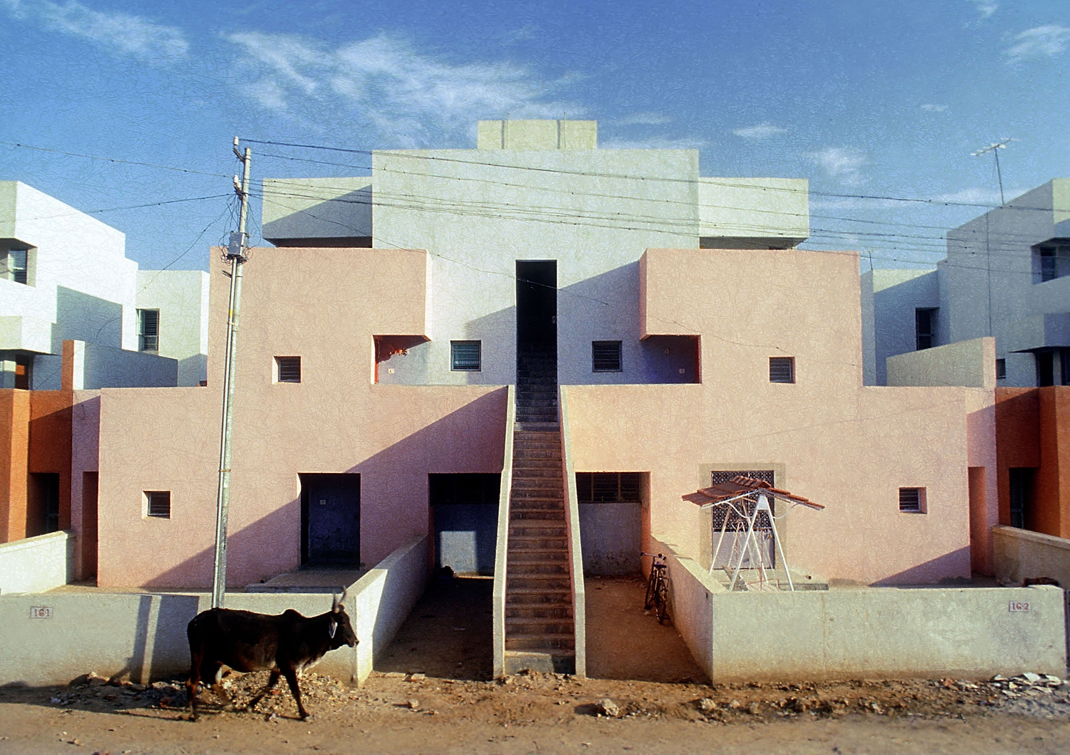 <p>Life Insurance Corporation Housing (1973) in Ahmedabad door Balkrishna Doshi, winnaar Pritzker Prize 2018, beeld VSF</p>