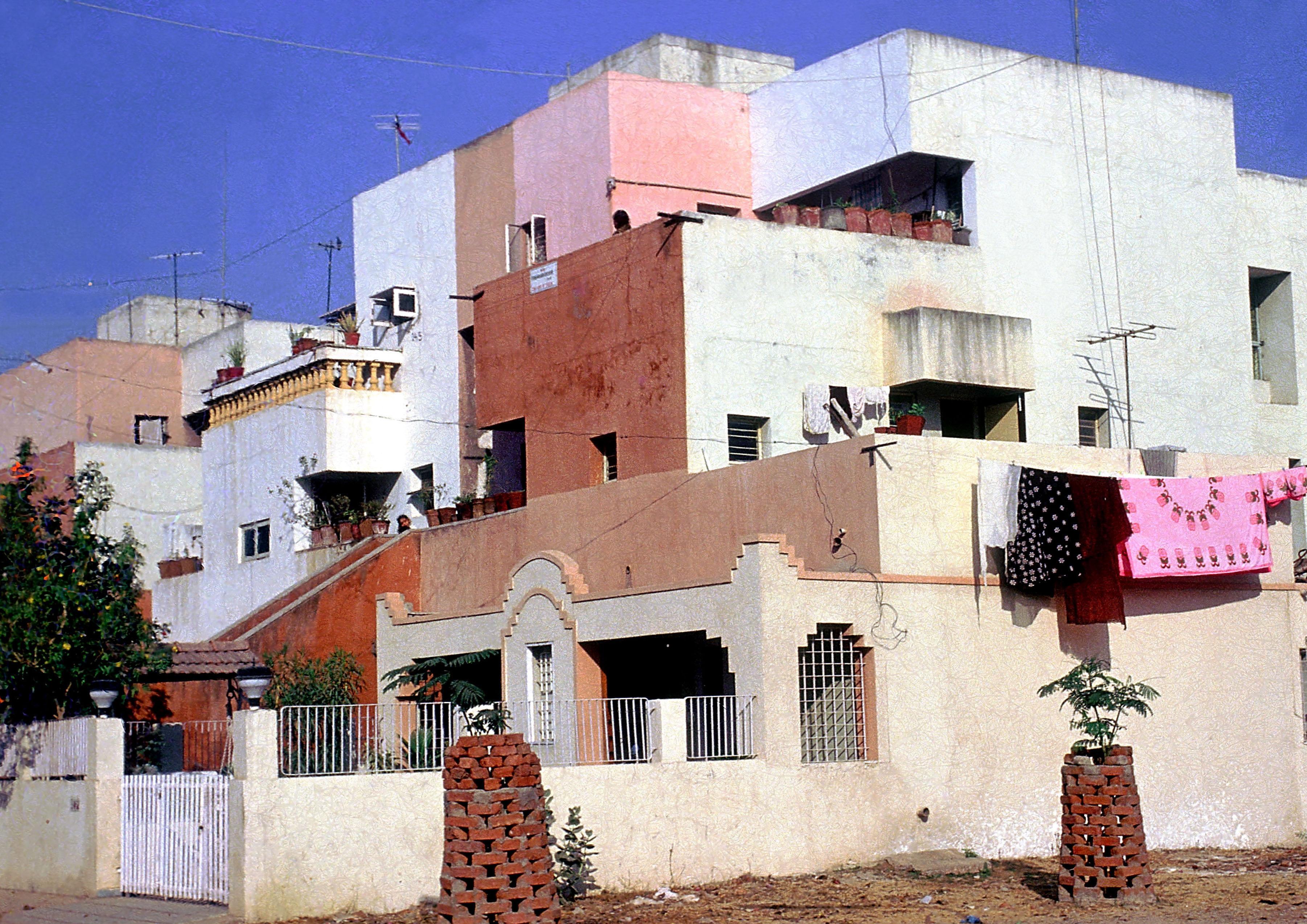 <p>Life Insurance Corporation Housing (1973) in Ahmedabad door Balkrishna Doshi, winnaar Pritzker Prize 2018, beeld VSF</p>