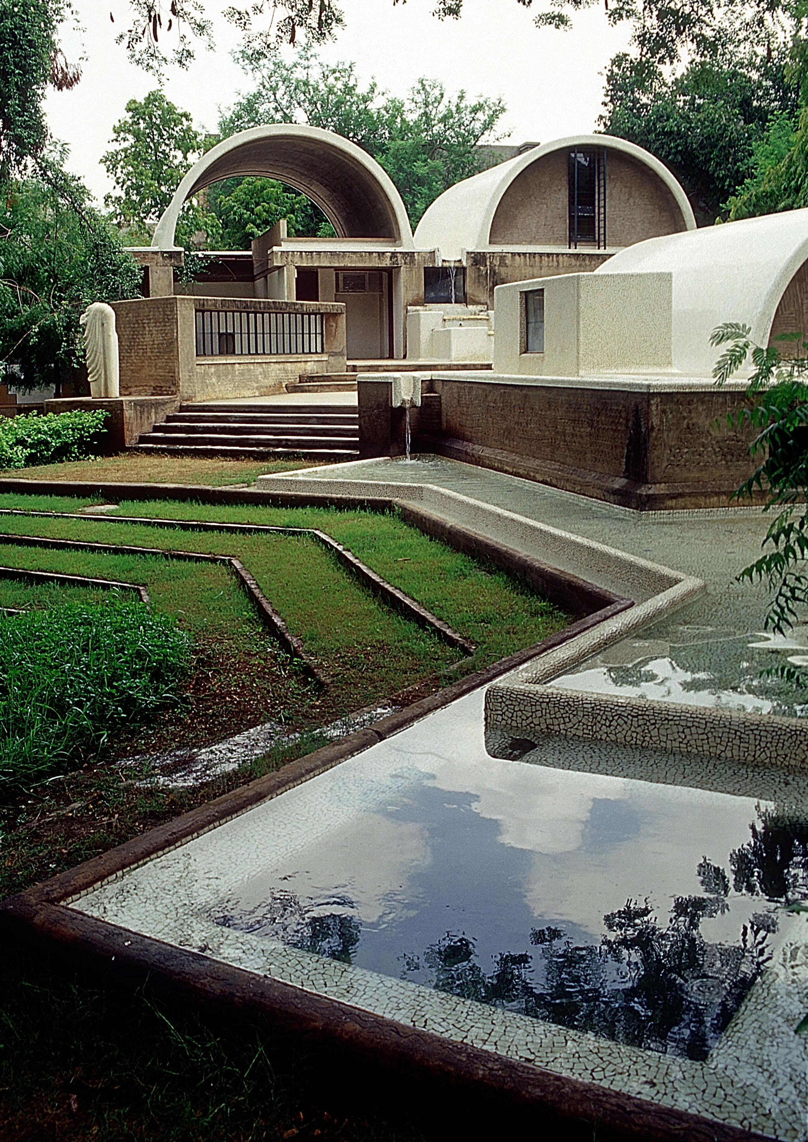 <p>Sangath Architect&#8217;s Studio (1980) in Ahmedabad door Balkrishna Doshi, winnaar Pritzker Prize 2018, beeld VSF</p>