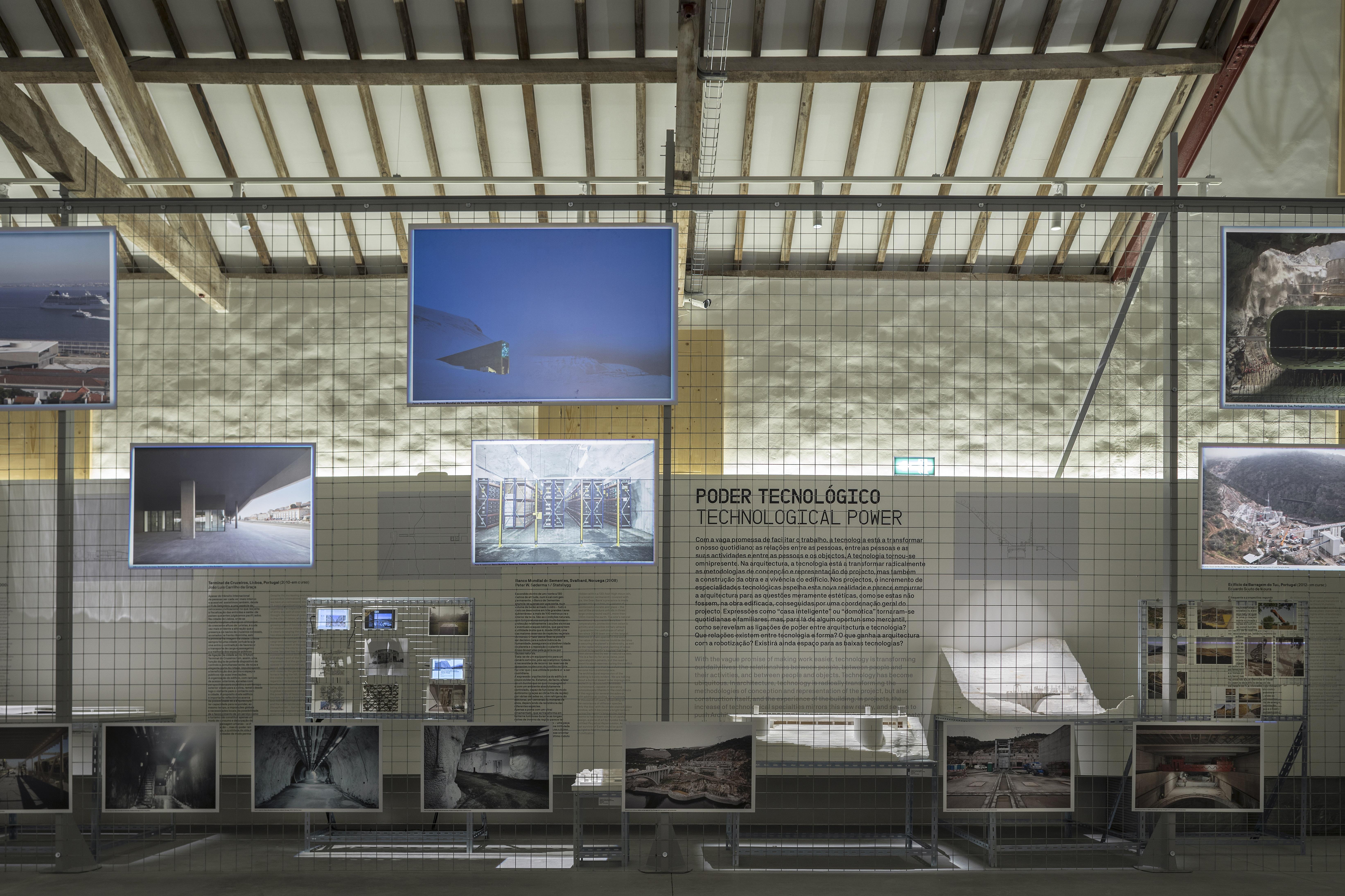 <p>De tentoonstelling kent een gelaagde opbouw: projectbeelden op het hek, maquettes achter het hek, standpunten op de wand. Ivo Tavares Studio – fotografo de arquitectura – architectural photographer</p>