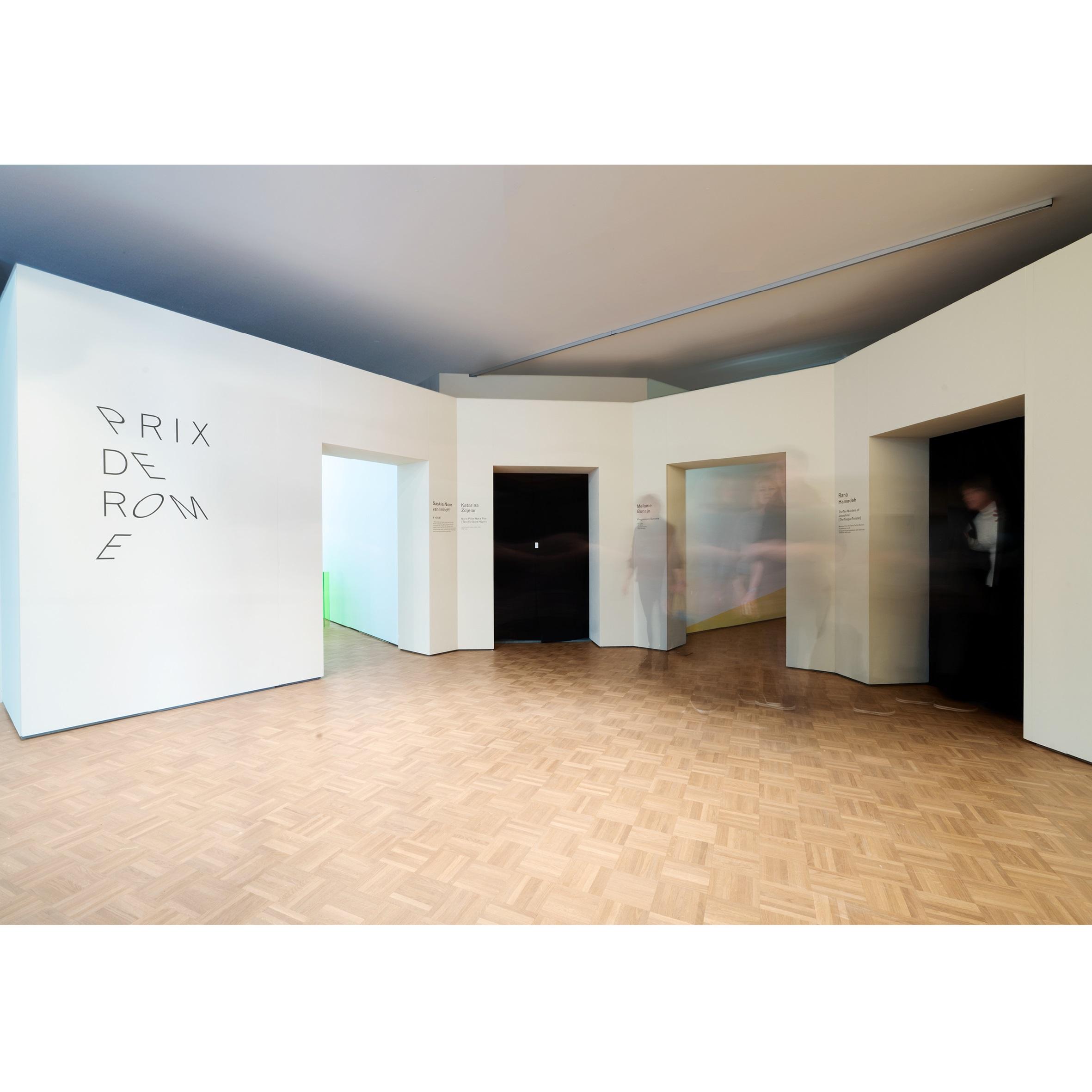 <p>De muur die de buiten- en binnenruimte scheidt, vormt de toegang tot de tentoonstellingsruimten van de tentoonstelling Prix de Rome 2017 in de Kunsthal door Donna van Milligen Bielke Beeld Sanne van Hecke</p>
