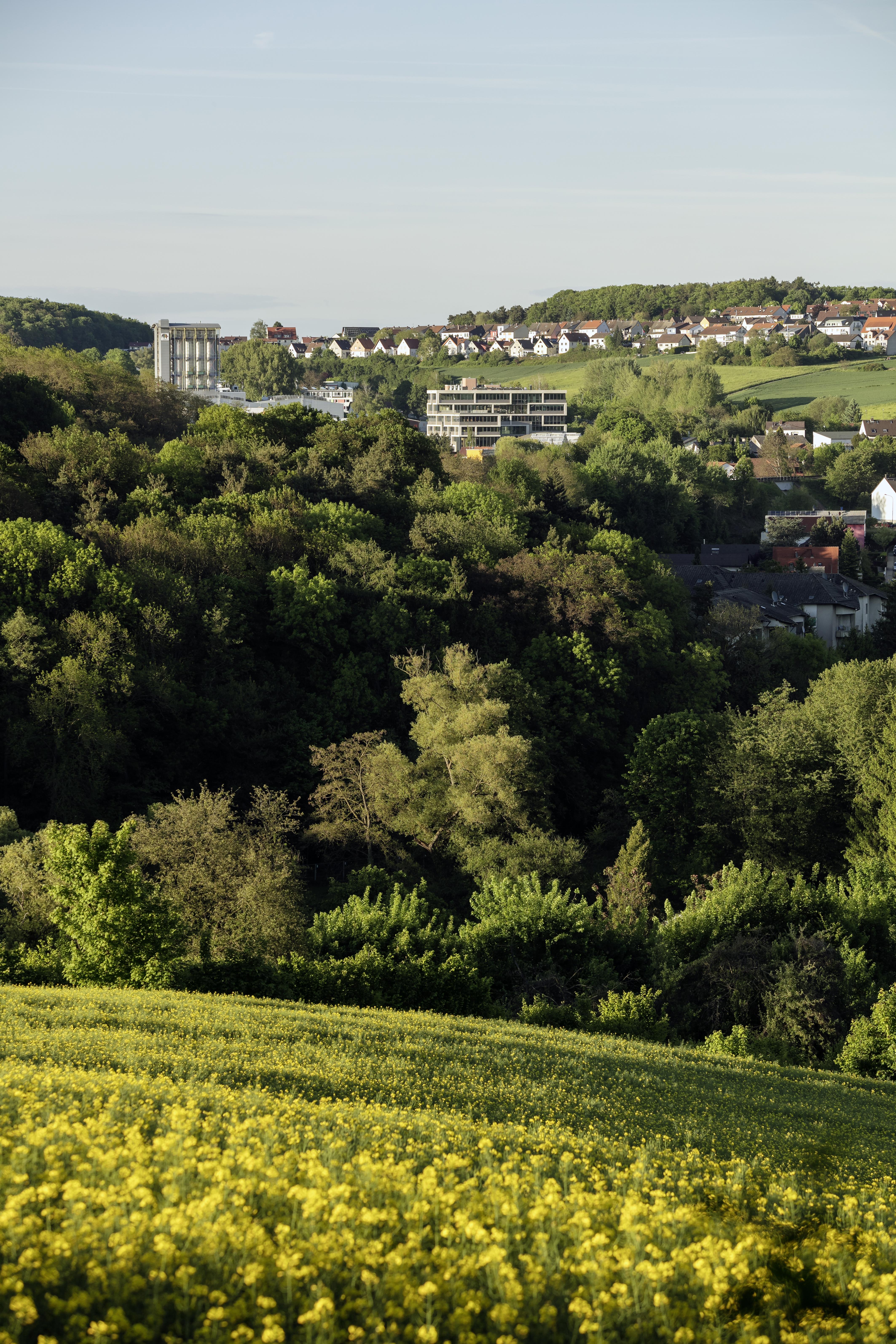 <p>Gezicht op Ober-Ramstadt en het kantoorgebouw</p>
