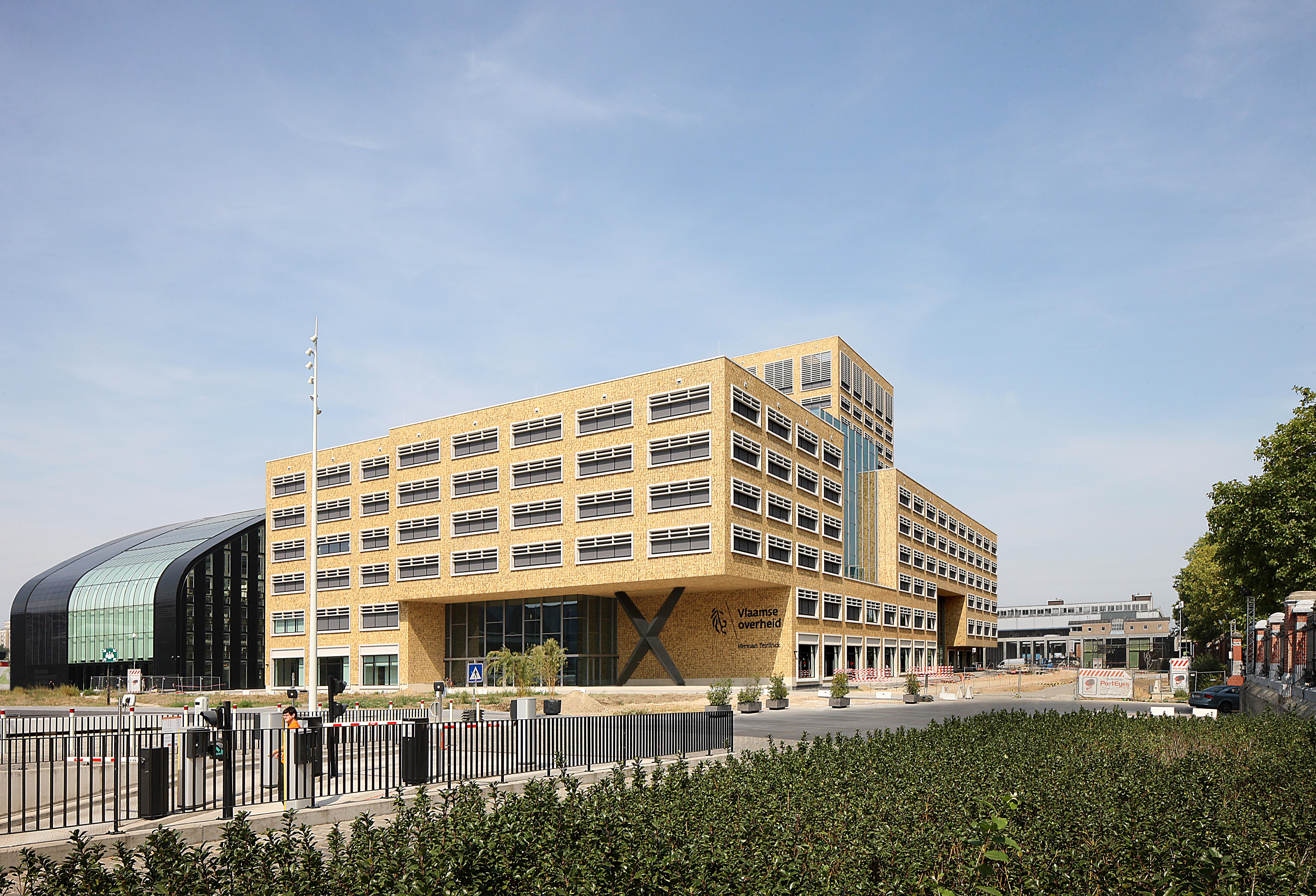 <p>Het gebouw is opgezet als een gevarieerd bouwvolume op dat aansluit op de stedelijke blokken langs de Haven Avenue Beeld Filip Dujardin / Neutelings Riedijk Architects</p>