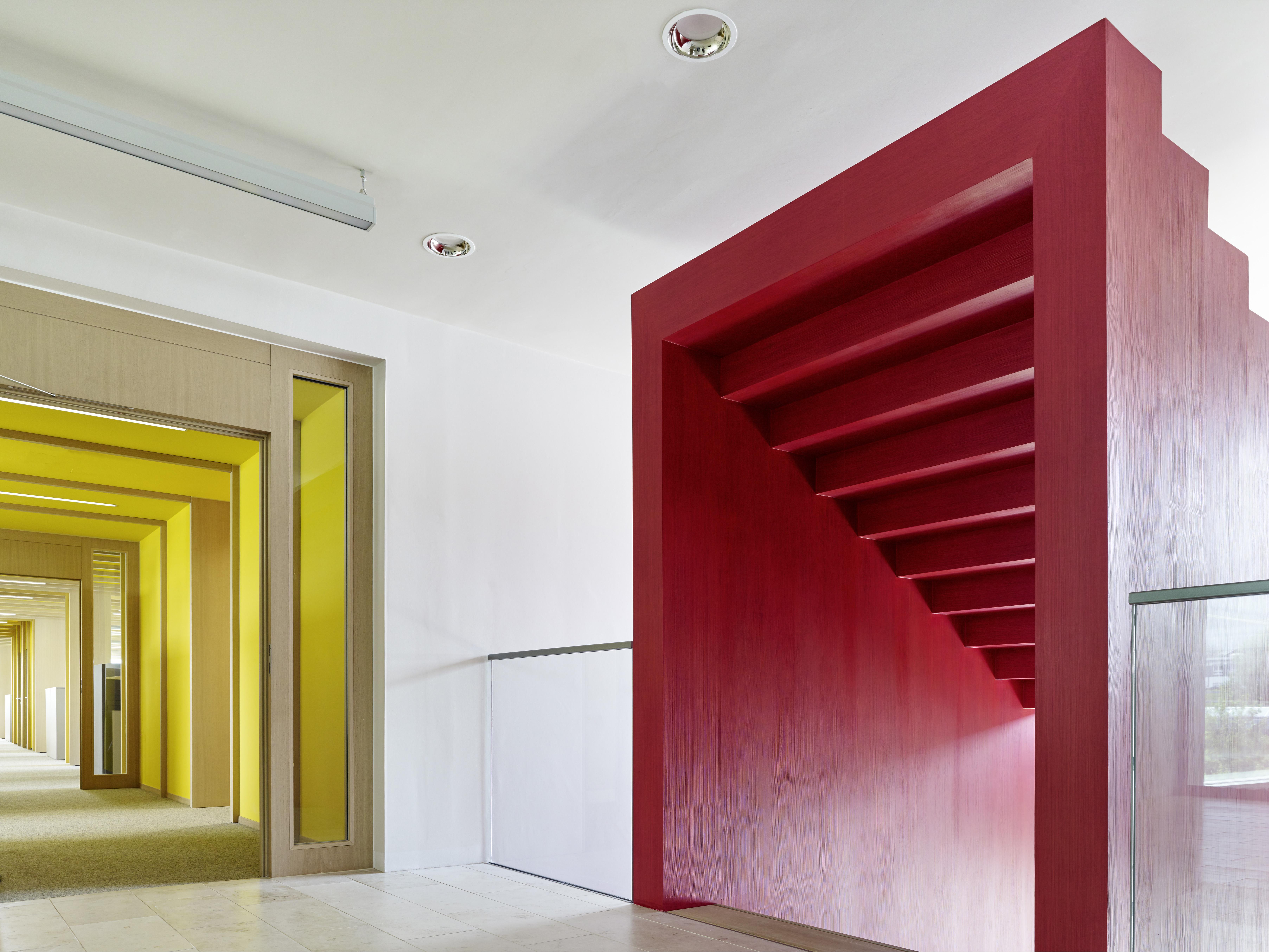 <p>Een van de twee trapplastieken tussen foyer en (gele) verkoopafdeling. Beeld Constantin Meyer </p>