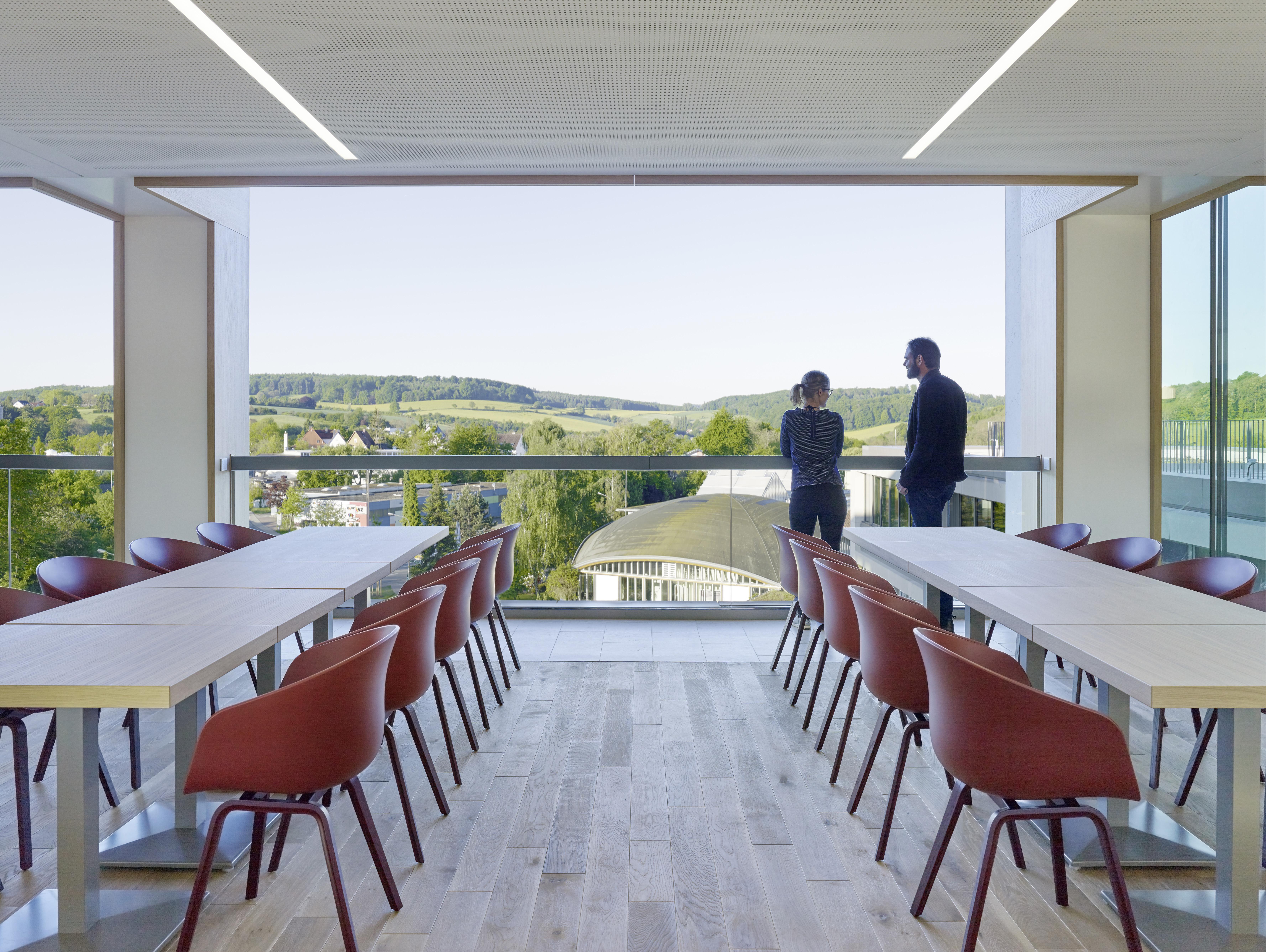 <p>Cafetaria met open ramen. Beeld: Constantin Meyer </p>